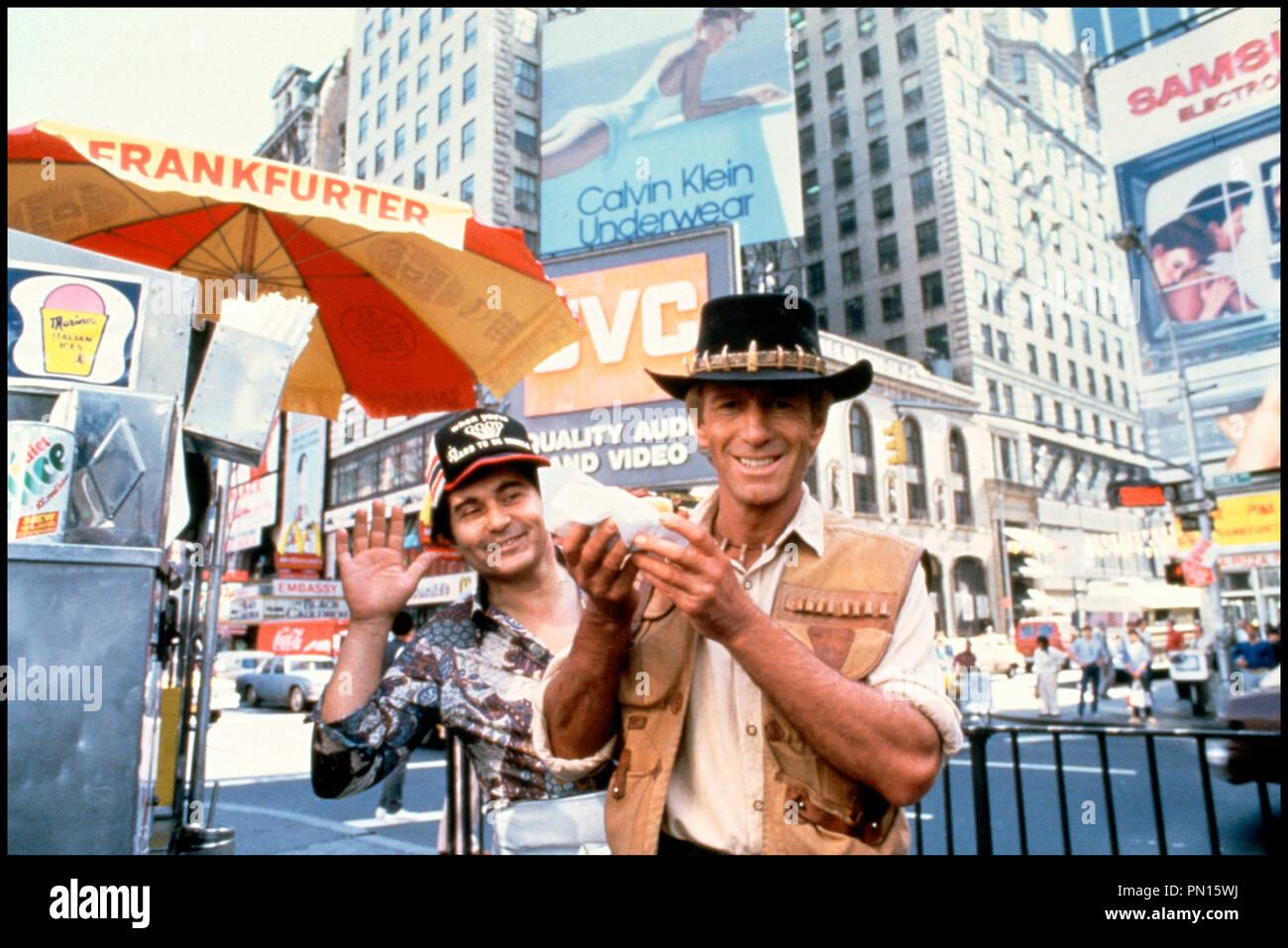 Prod DB © Paramount Pictures / DR CROCODILE DUNDEE de Peter Faiman 1986 AUS avec Paul Hogan aventurier, chapeau, sandwich, ville, calvin klein, hot dog, times square, new york city - Stock Image