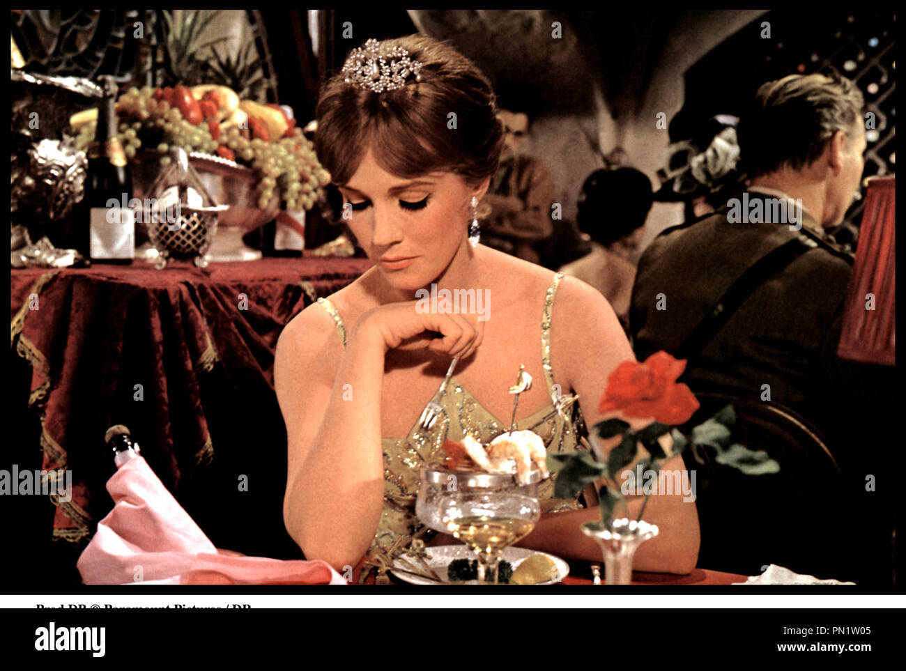 Prod DB © Paramount Pictures / DR DARLING LILI (DARLING LILI) de Blake Edwards 1970 USA avec Julie Andrews restaurant, luxe, repas, table, tenue de soiree - Stock Image