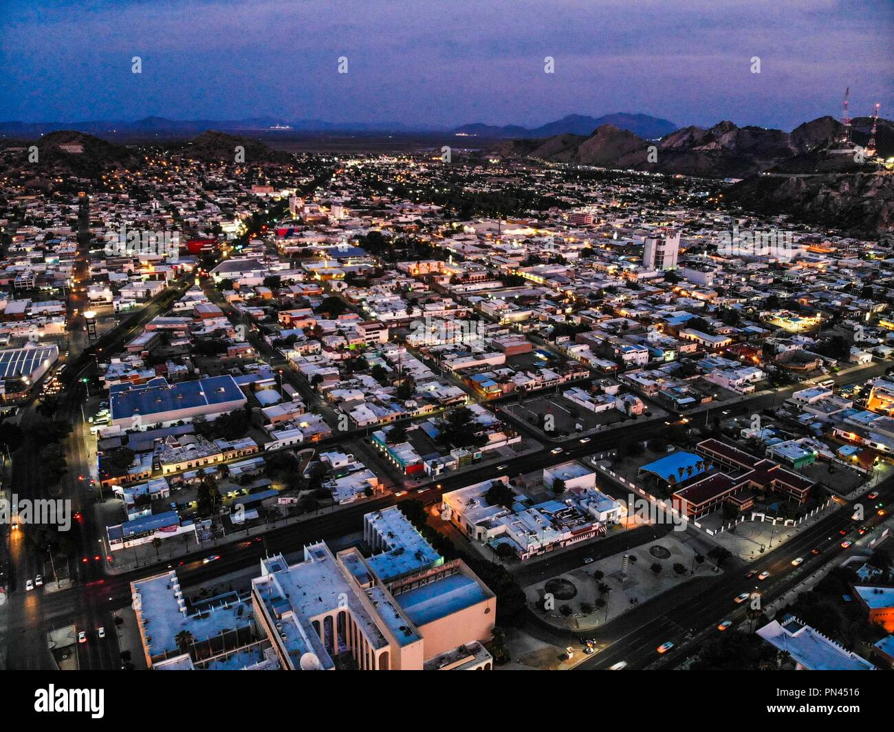 Vista aerea del la ciudad de Hermosillo. Panorámicas de Hermosillo al anochecer.  Centro e Hermosillo, Cerro de la Campana, plaza Cien Años. (Photo: L Stock Photo