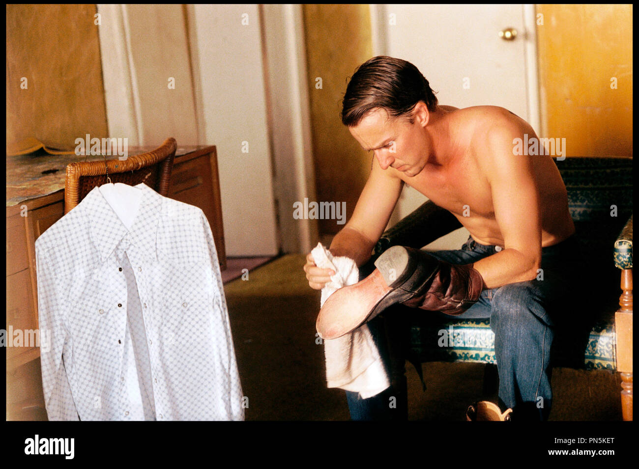Prod DB © Elements Films - Class 5 / DR DOWN IN THE VALLEY (DOWN IN THE VALLEY) de David Jacobson 2005 USA avec Edward Norton torse nu, cirer ses chaussures, cirage, botte, - Stock Image