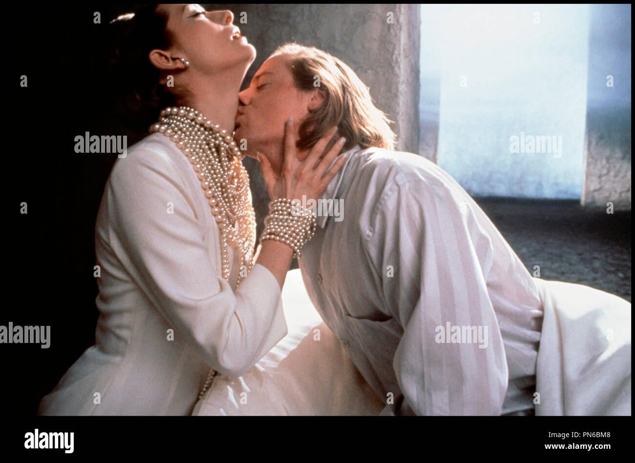 Prod DB © Working Title / DR EDWARD II (EDWARD II) de Derek Jarman 1991 GB avec Tilda Swinton et Steven Waddington couple, passion, embrasser, collier de perles, bijoux d'après la pièce de Christopher Marlowe - Stock Image