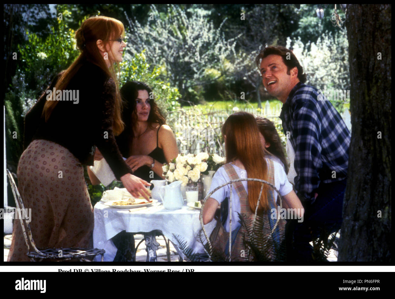 Prod DB © Village Roadshow-Warner Bros / DR LES ENSORCELEUSES (PRACTICAL MAGIC) de Griffin Dunne 1998 USA avec Nicole Kidman, Sandra Bullock, Evan Rachel Ward, Alexandra Artrip et Aidan Quinn repas de famille d'aprs le roman de Alice Hoffman - Stock Image
