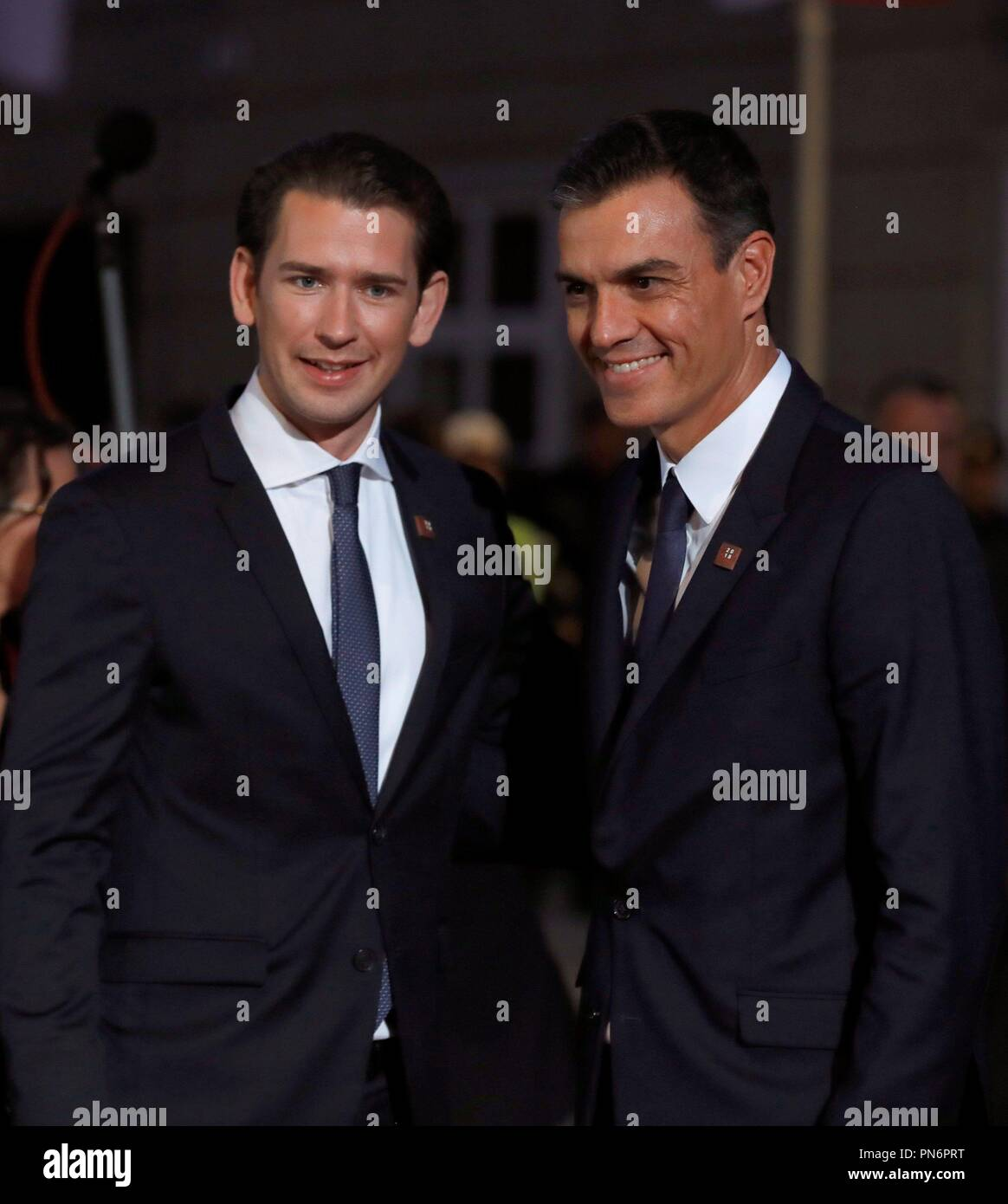 ¿Cuánto mide Pedro Sánchez? - Altura: 1,89 - Real height - Página 4 Salzburg-austria-20th-sep-2018-austrian-chancellor-sebastian-kurz-l-greets-spanish-prime-minister-pedro-sanchez-r-as-he-arrives-for-the-european-unions-eu-informal-heads-of-state-summit-in-salzburg-austria-20-september-2018-eu-countries-leaders-meet-on-19-and-20-september-for-a-summit-to-discuss-internal-security-measures-migration-and-brexit-credit-juanjo-martinefealamy-live-news-PN6PRT
