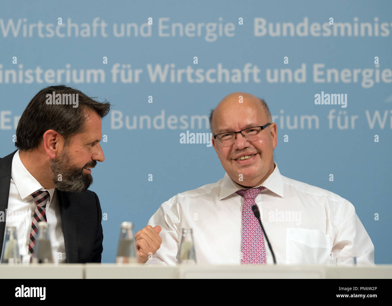 20 September 2018, Berlin: Peter Altmaier (R, CDU), Federal Minister of Economics and Technology and Olaf Lies (SPD), Minister of the Environment, Energy, Building and Climate Protection of Lower Saxony, speak during the press conference on the 'grid summit' to accelerate the energy transition in Germany. Photo: Soeren Stache/dpa - Stock Image