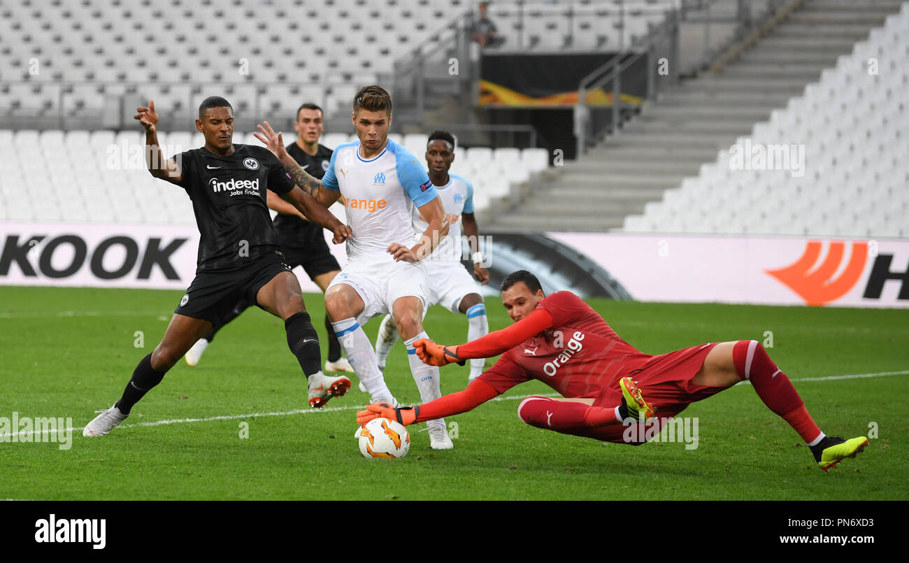 Marseille, France. 20th Sep, 2018. Soccer: Europa League, Olympique Marseille - Eintracht Frankfurt, Group stage, Group H, Matchday 1 at Stade Vélodrome. Marseille goalkeeper Yohann Pelé (R) and Duje Caleta-Car (C) save from Frankfurt's Sebastien Haller. Credit: Arne Dedert/dpa/Alamy Live News - Stock Image