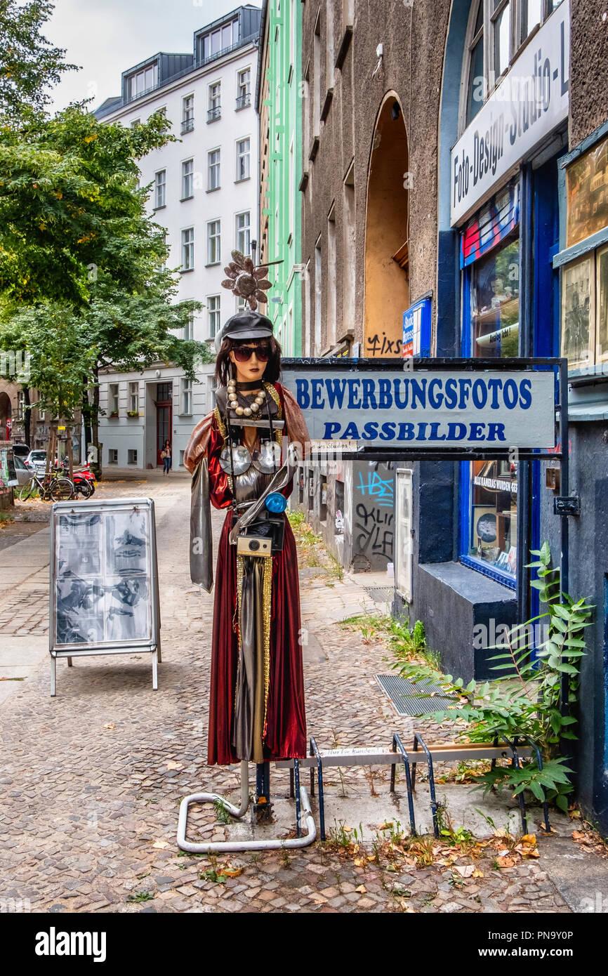 Berlin, Prenzlauerberg. Foto Design Studio Hartmut Li, Shop exterior. Quirky mannequin with vintage camera outside  photographic shop - Stock Image