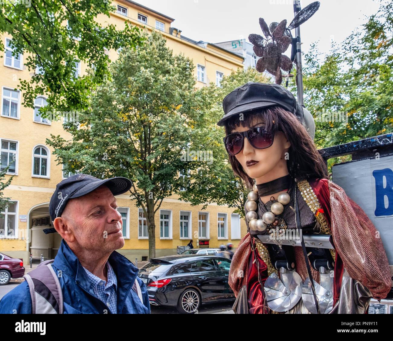 Berlin, Prenzlauerberg. Foto Design Studio Hartmut Li, Senior elderly man looking at quirky mannequin  outside  photographic shop - Stock Image