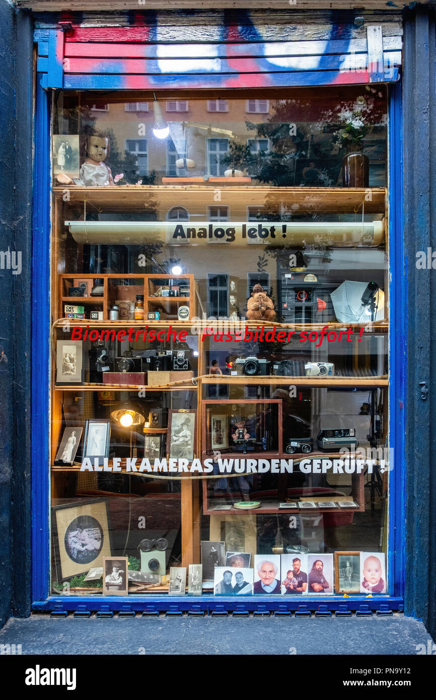 Berlin, Prenzlauerberg. Foto Design Studio Hartmut Li, Display window of  photographic shop with old photos and vintage second-hand cameras - Stock Image