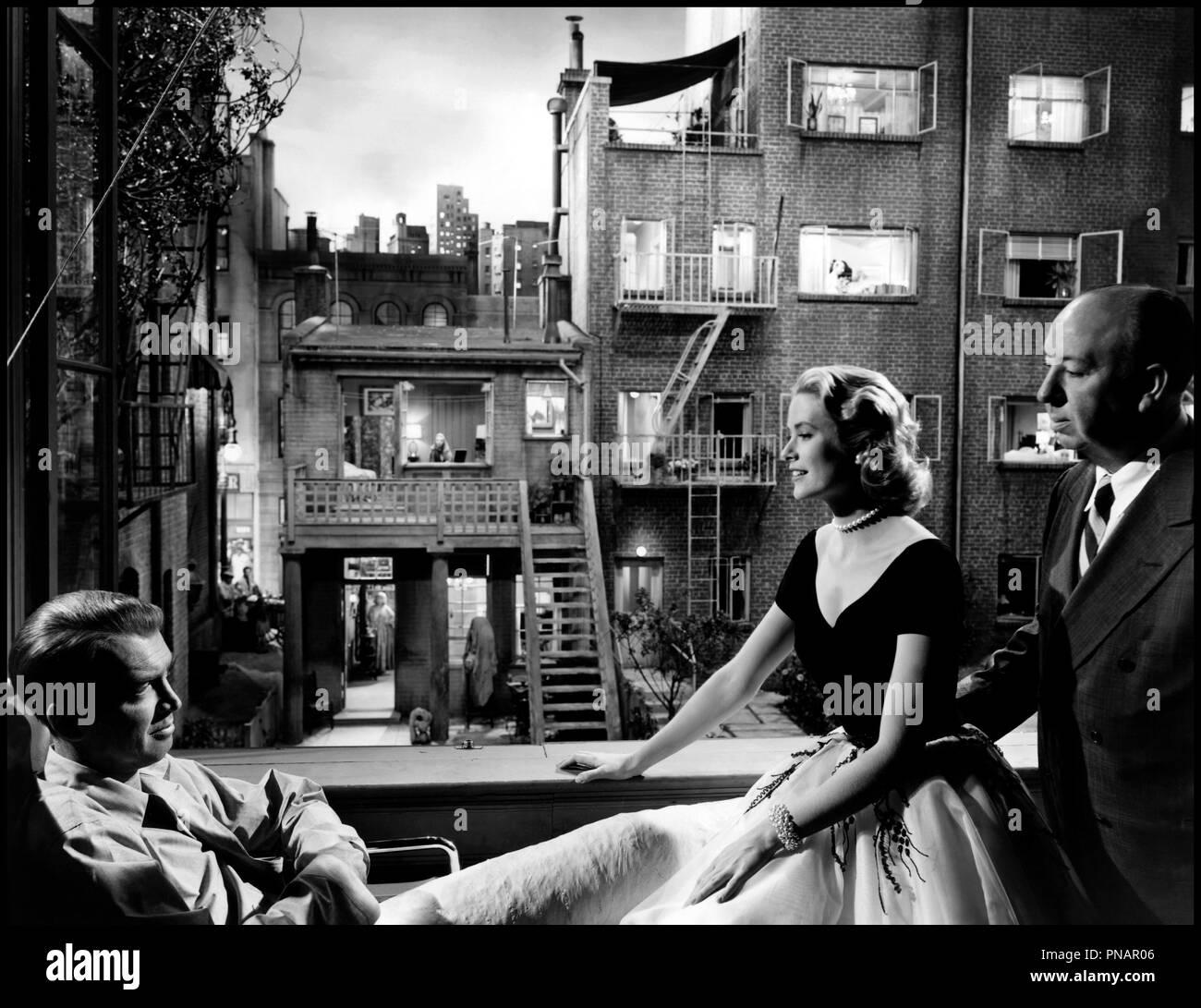 Prod DB © Paramount / DR FENETRE SUR COUR (REAR WINDOW) de Alfred Hitchcock 1954 USA tournage avec James Stewart, Grace Kelly et Alfred Hitchcock decor, elegance feminine d'apres Cornell Woolrich classique - Stock Image