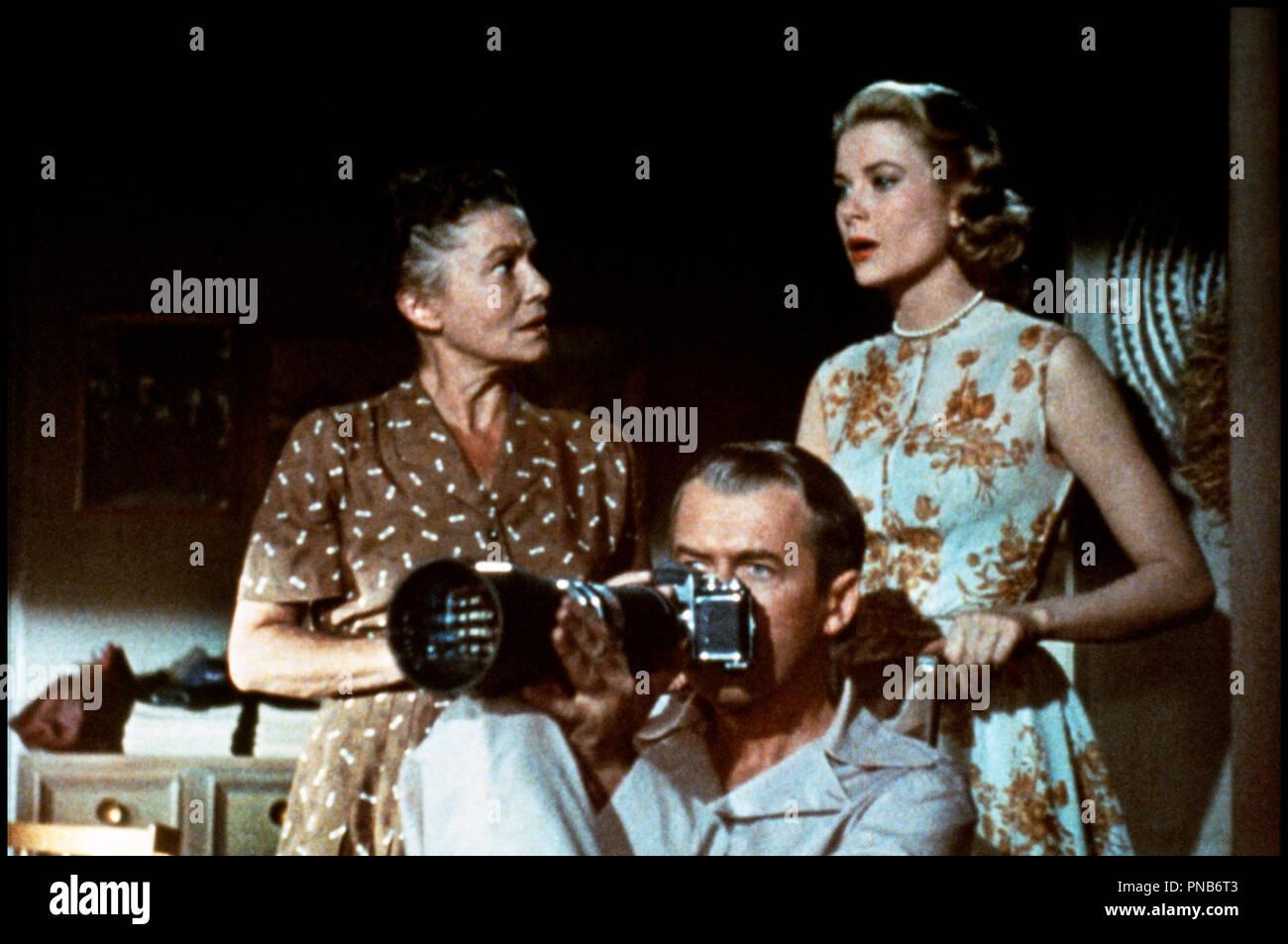 Prod DB © Paramount / DR  FENETRE SUR COUR (REAR WINDOW) de Alfred Hitchcock 1954 USA  avec Thelma Ritter, James Stewart et Grace Kelly voyeurisme, appareil photographique, paparazzi, zoom, invalide, pyjama, trio d'apres Cornell Woolrich  classique - Stock Image