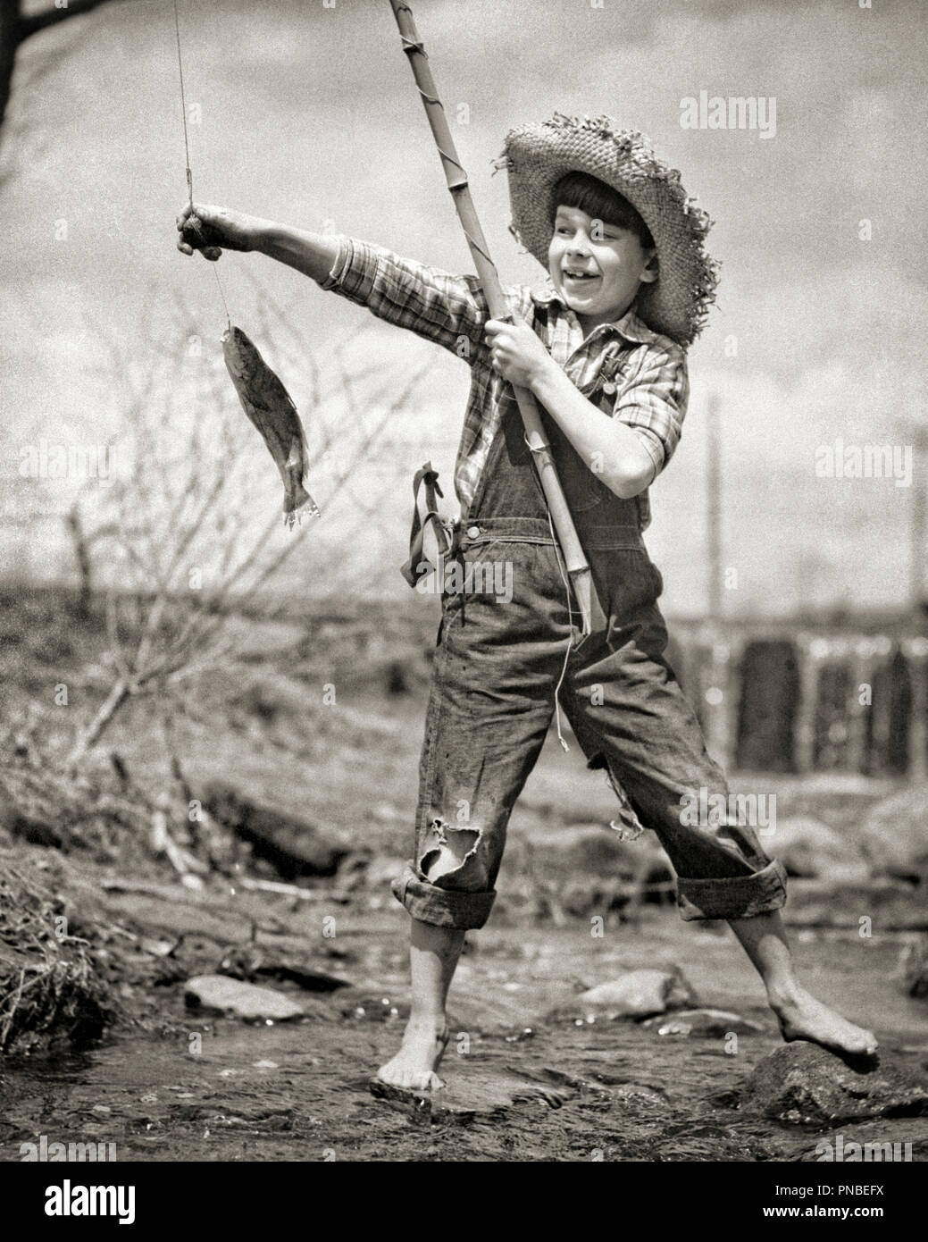1940s-1950s-barefoot-boy-in-overalls-in-