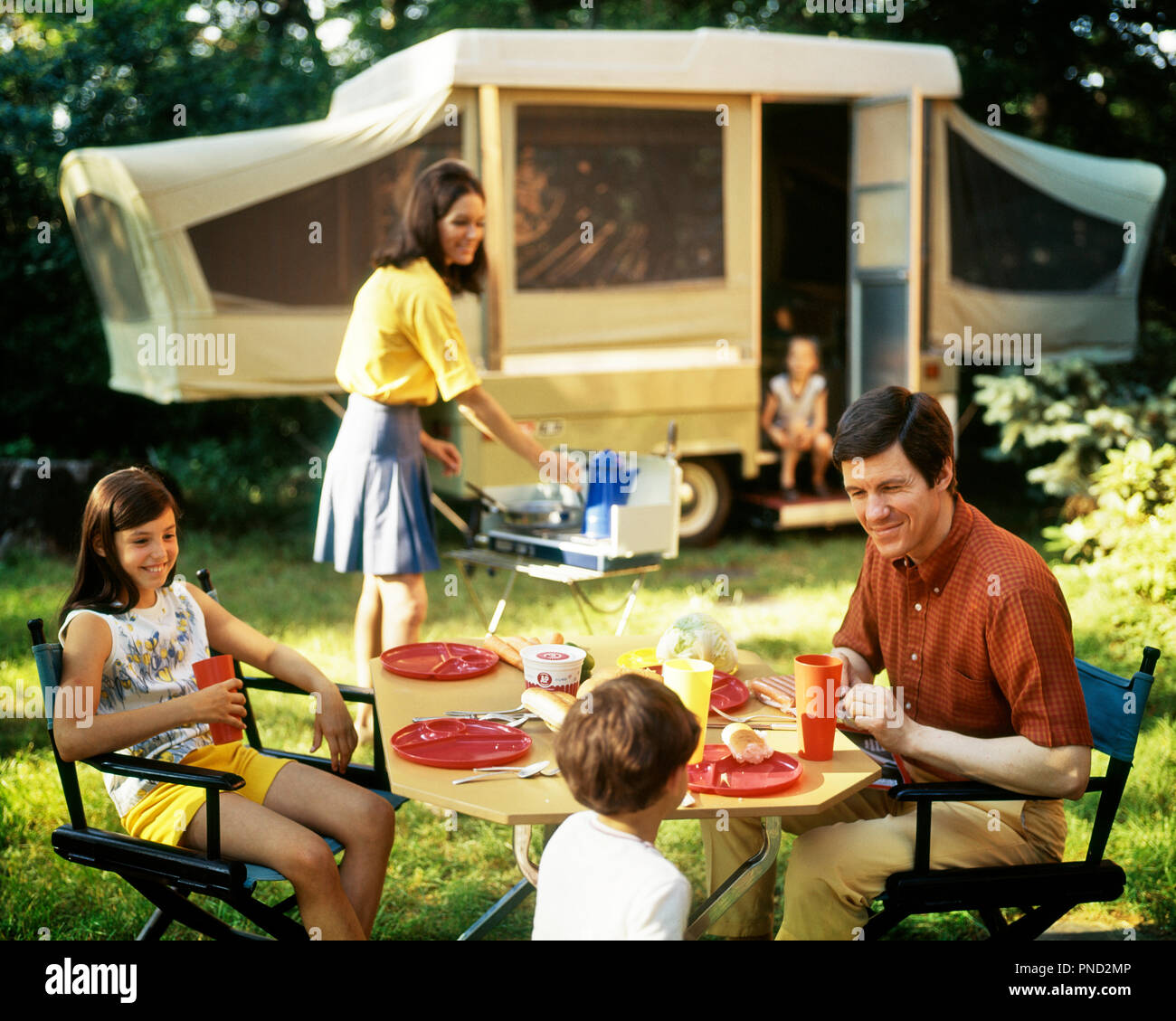 1970s FAMILY OF FIVE EATING MEAL BY POP-UP CAMPER TRAILER RECREATIONAL VEHICLE - kc7585 PHT001 HARS 3 DAD TRAVEL MEAL MOM EAT NOSTALGIC PAIR SODA COLOR RELATIONSHIP MOTHERS SETTING LIQUID OLD TIME NOSTALGIA BROTHER OLD FASHION SISTER 1 SOFT JUVENILE VEHICLE TEAMWORK STORAGE SONS PLEASED FAMILIES JOY LIFESTYLE FIVE PARENTING CELEBRATION FEMALES MARRIED 5 BROTHERS RURAL SPOUSE HUSBANDS NATURE TRANSPORT FULL-LENGTH DAUGHTERS PERSONS MALES ROUGH SIBLINGS SISTERS TRANSPORTATION FATHERS RECREATION CAMPING HAPPINESS HEAD AND SHOULDERS CHEERFUL ADVENTURE BEVERAGE LEISURE DADS EXCITEMENT FLUID - Stock Image