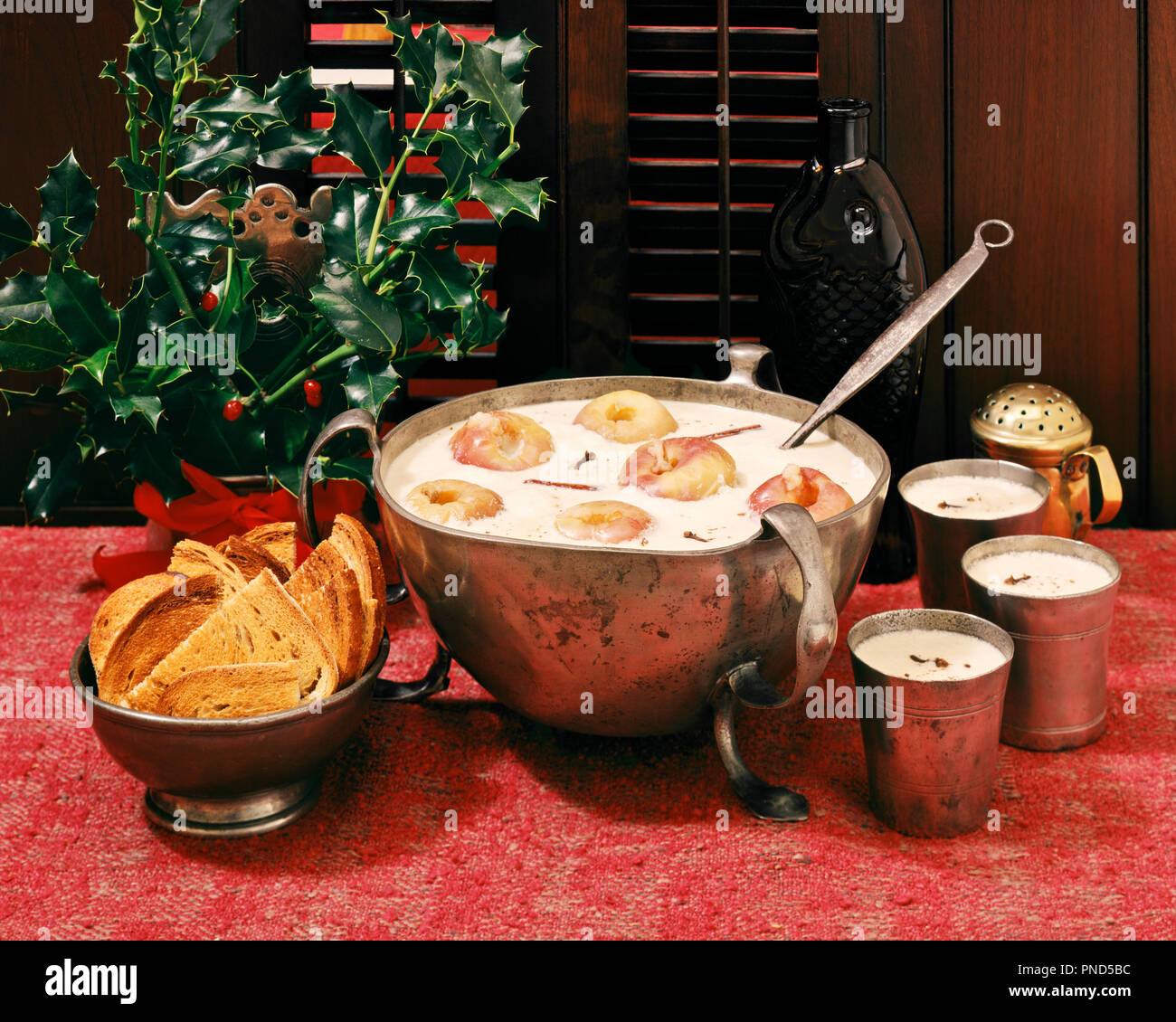 1950s 1960s AMERICAN VERSION OF TRADITIONAL ENGLISH CHRISTMAS TIDE BOWL OF WASSAIL PUNCH WITH APPLES AND SLICES OF TOAST AS SOPS - kx13215 FRT001 HARS STYLISH FARE CHRISTMASTIDE RITUAL TOGETHERNESS WASSAIL WASSAILING OLD FASHIONED VERSION Stock Photo