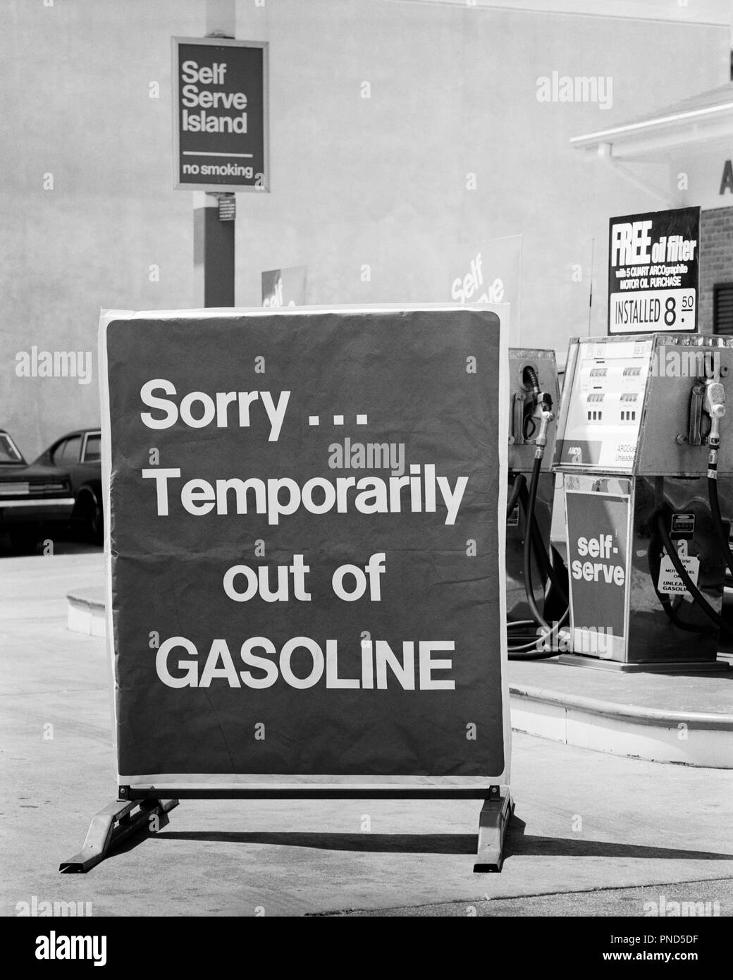 1970s CLOSE-UP SORRY TEMPORARILY OUT OF GASOLINE SIGN AT SELF SERVICE GAS STATION DURING 1973 OPEC OIL SHORTAGE CRISIS - m10294 HAR001 HARS AT OF FRUSTRATION POLITICS GASOLINE CONCEPTUAL STILL LIFE AUTOMOBILES CLOSE-UP VEHICLES 1973 EMBARGO SYMBOLIC TEMPORARILY DISAPPOINTMENT SELF SERVICE BLACK AND WHITE DURING HAR001 OLD FASHIONED REPRESENTATION - Stock Image