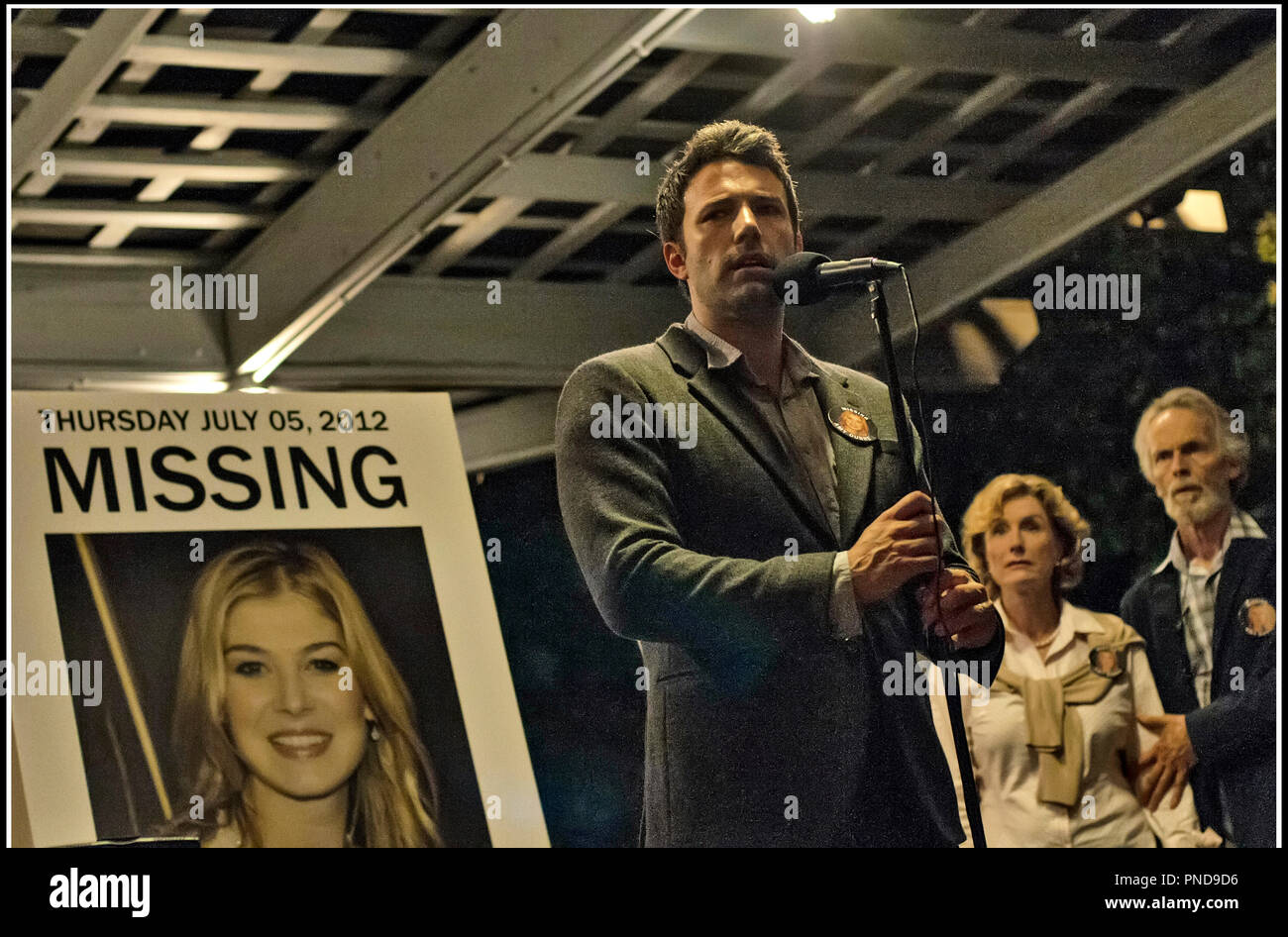 Prod DB © 20th Century Fox - New Regency Pictures - Pacific Standard / DR GONE GIRL de David Fincher 2014 USA avec Rosamund Pike (sur l'affiche) et Ben Affleck avis de recherche d'apres le roman de Gillian Flynn - Stock Image