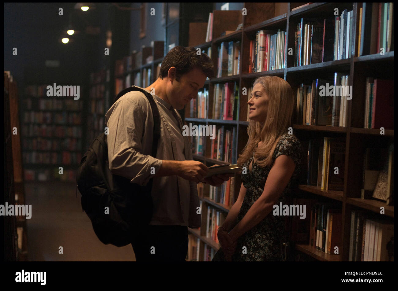Prod DB © 20th Century Fox - New Regency Pictures - Pacific Standard / DR GONE GIRL de David Fincher 2014 USA avec Ben Affleck et Rosamund Pike bibliotheque d'apres le roman de Gillian Flynn - Stock Image