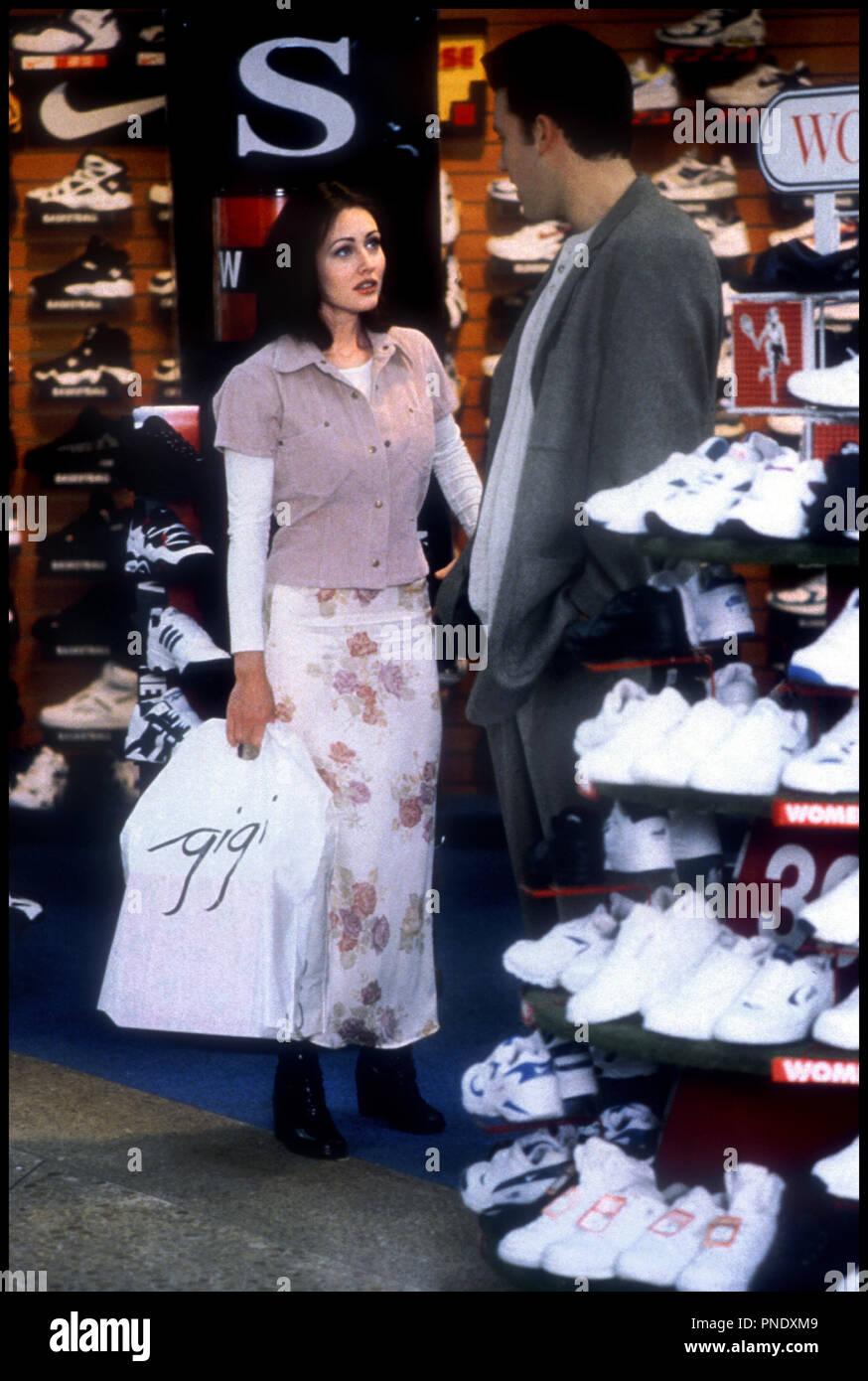 Prod DB © Universal / DR LES GLANDEURS (MALLRATS) de Kevin Smith 1995 USA avec Shannen Doherty et Ben Affleck magasin de chaussures, sports - Stock Image