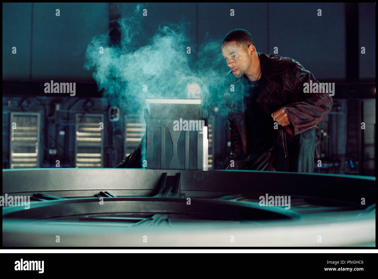 Prod DB © 20th Century Fox - Overbrook Entertainment / DR I, ROBOT (I ROBOT) de Alex Proyas 2004 USA avec Will Smith  inspire du livre de Isaac Asimov  veste en cuir, futuriste, science fiction, fumee - Stock Image