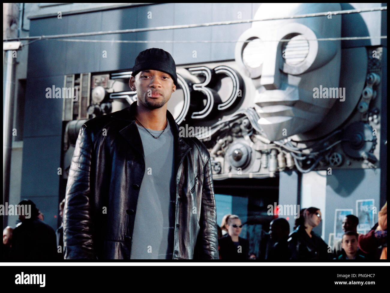 Prod DB © 20th Century Fox - Overbrook Entertainment / DR I, ROBOT (I ROBOT) de Alex Proyas 2004 USA avec Will Smith  inspire du livre de Isaac Asimov  veste en cuir, bonnet,  futuriste, science fiction - Stock Image