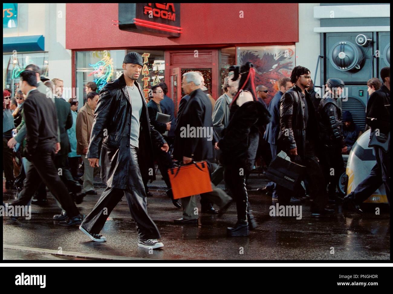 Prod DB © 20th Century Fox - Overbrook Entertainment / DR I, ROBOT (I ROBOT) de Alex Proyas 2004 USA avec Will Smith  inspire du livre de Isaac Asimov  bonnet, veste en cuir, futuriste, science fiction, rue, foule, chicago - Stock Image