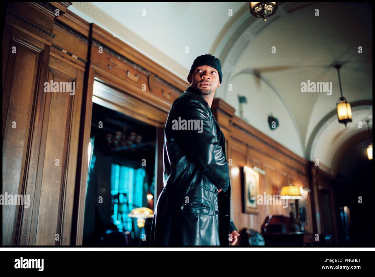 Prod DB © 20th Century Fox - Overbrook Entertainment / DR I, ROBOT (I ROBOT) de Alex Proyas 2004 USA avec Will Smith  inspire du livre de Isaac Asimov  bonnet, veste en cuir, futuriste, science fiction, degainer - Stock Image