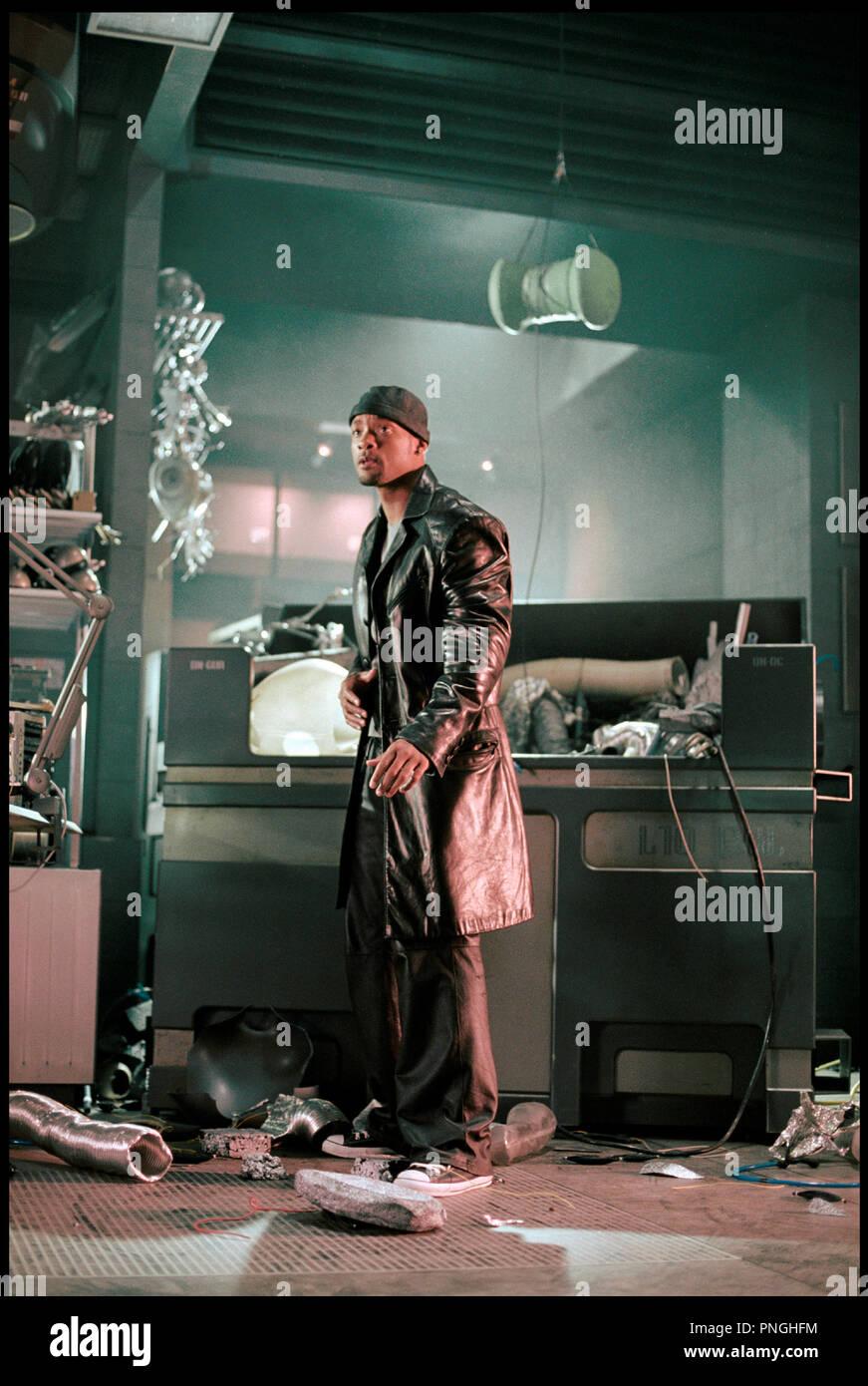 Prod DB © 20th Century Fox - Overbrook Entertainment / DR I, ROBOT (I ROBOT) de Alex Proyas 2004 USA avec Will Smith  inspire du livre de Isaac Asimov  veste en cuir, bonnet, laboratoire en desordre, futuriste, science fiction - Stock Image