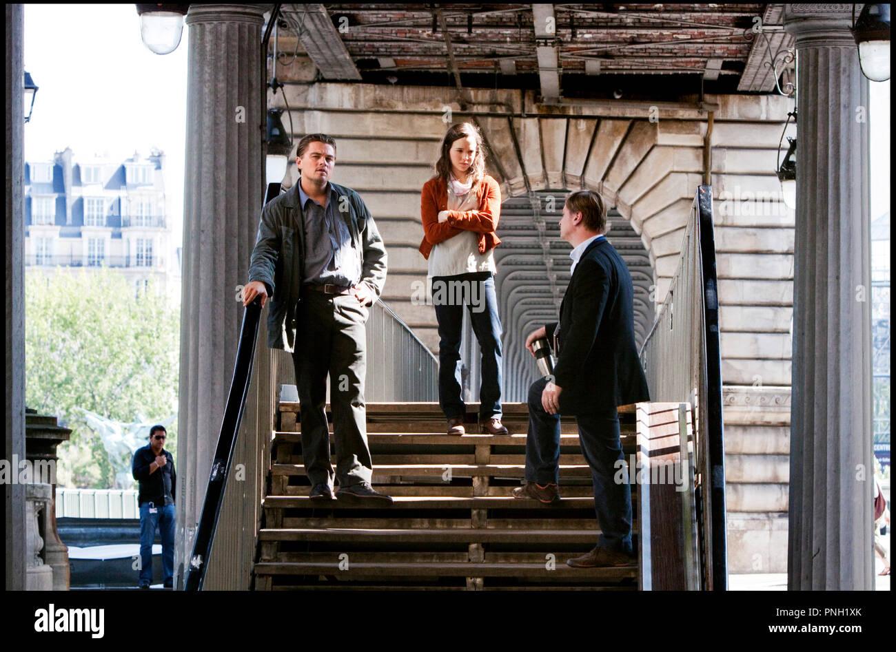 Prod DB © Warner Bros. Pictures - Legendary Pictures / DR INCEPTION de Christopher Nolan 2010 USA avec Leonardo DiCaprio, Ellen Page et Christopher Nolan sur le tournage métro aerien, Paris, métro parisien - Stock Image