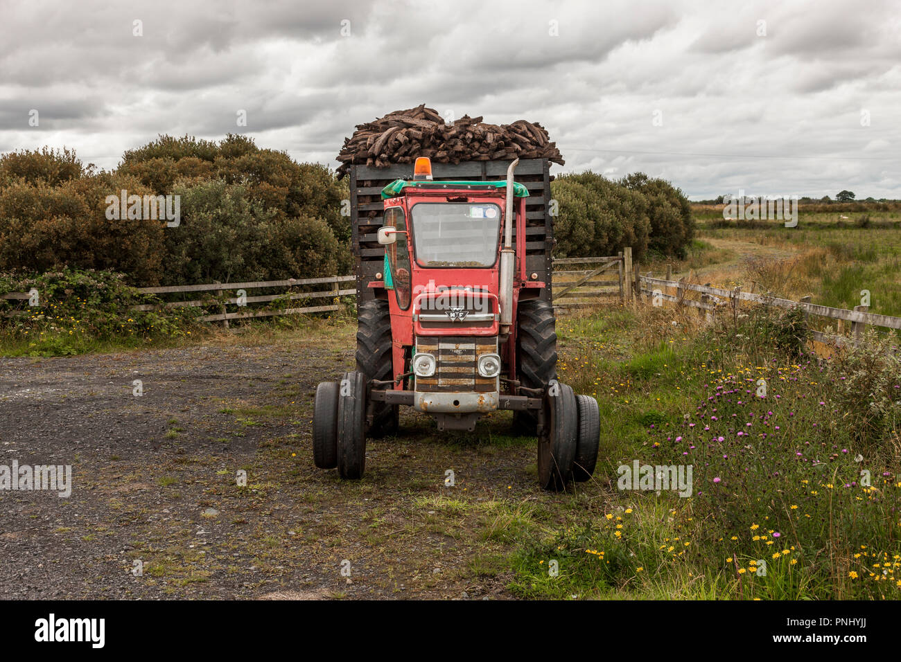 Easkey, Sligo, Ireland. 13th August, 2009. A tractor and trailer with a load of turf parked up at the side of the road near Easkey, Co. Sligo Ireland - Stock Image