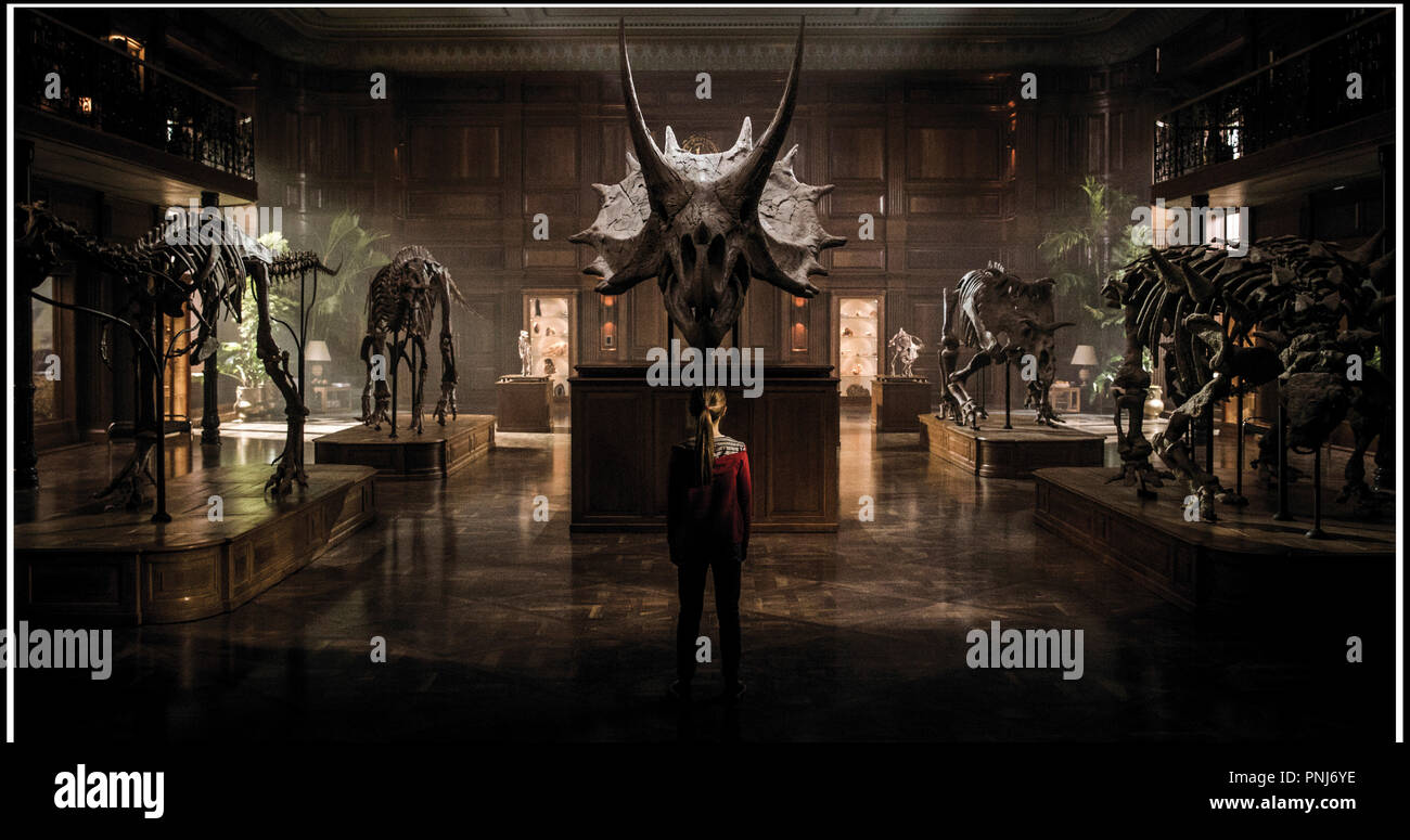 Prod DB © Universal Pictures - Amblin Entertainment - Legendary Entertainment - Apaches Entertainment / DR JURASSIC WORLD: FALLEN KINGDOM de J.A. Bayona 2018 USA science fiction, sequelle, suite, saga, dinosaure, squelette, musee d'apres les personnages de Michael Crichton Stock Photo