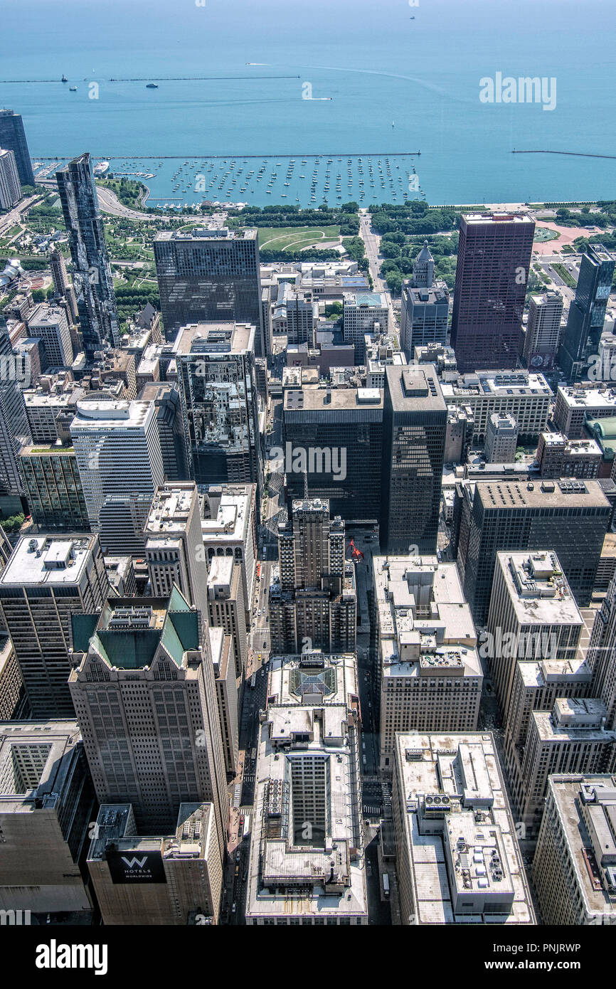 View from Willis Tower Skydeck of downtown Chicago skyscrapers, Millennium Park und Lake Michigan, Chicago, IL. - Stock Image