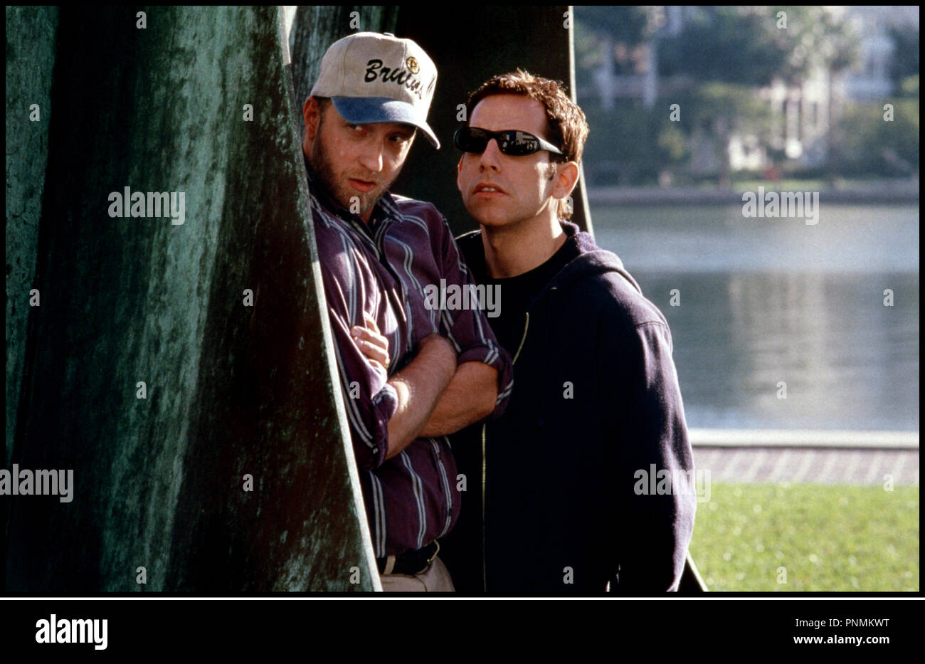Prod DB © 20th Century Fox /DR MARY A TOUT PRIX (THERE'S SOMETHING ABOUT MARY) de Bobby et Peter Farrelly 1998 USA avec Chris Elliot et Ben Stiller observer, se cacher derriere un arbre, epier, faire le guet - Stock Image