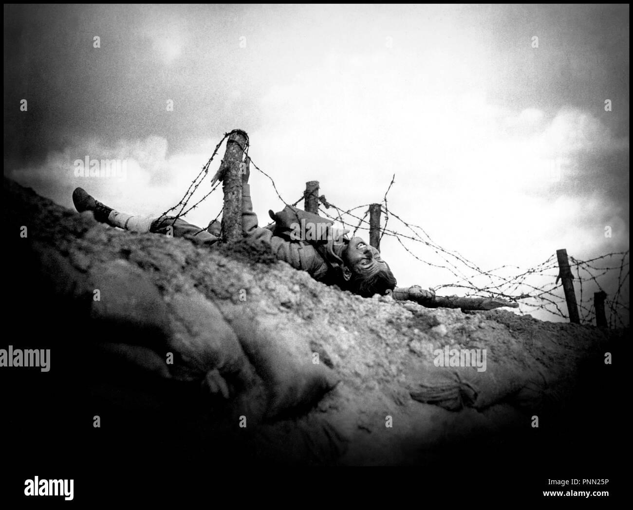 Prod DB © Resco-Filmproduktion / DR NO MAN'S LAND (NIEMANDSLAND) de Victor Trivas 1931 ALL première guerre mondiale, WW 1, anti militariste, plaidoyer, souffrance, tranchées, image forte, soldat mort, mort, cadavre, barbelés, désolation film détruit par les Nazis autre titre: Hell on Earth (USA) - Stock Image