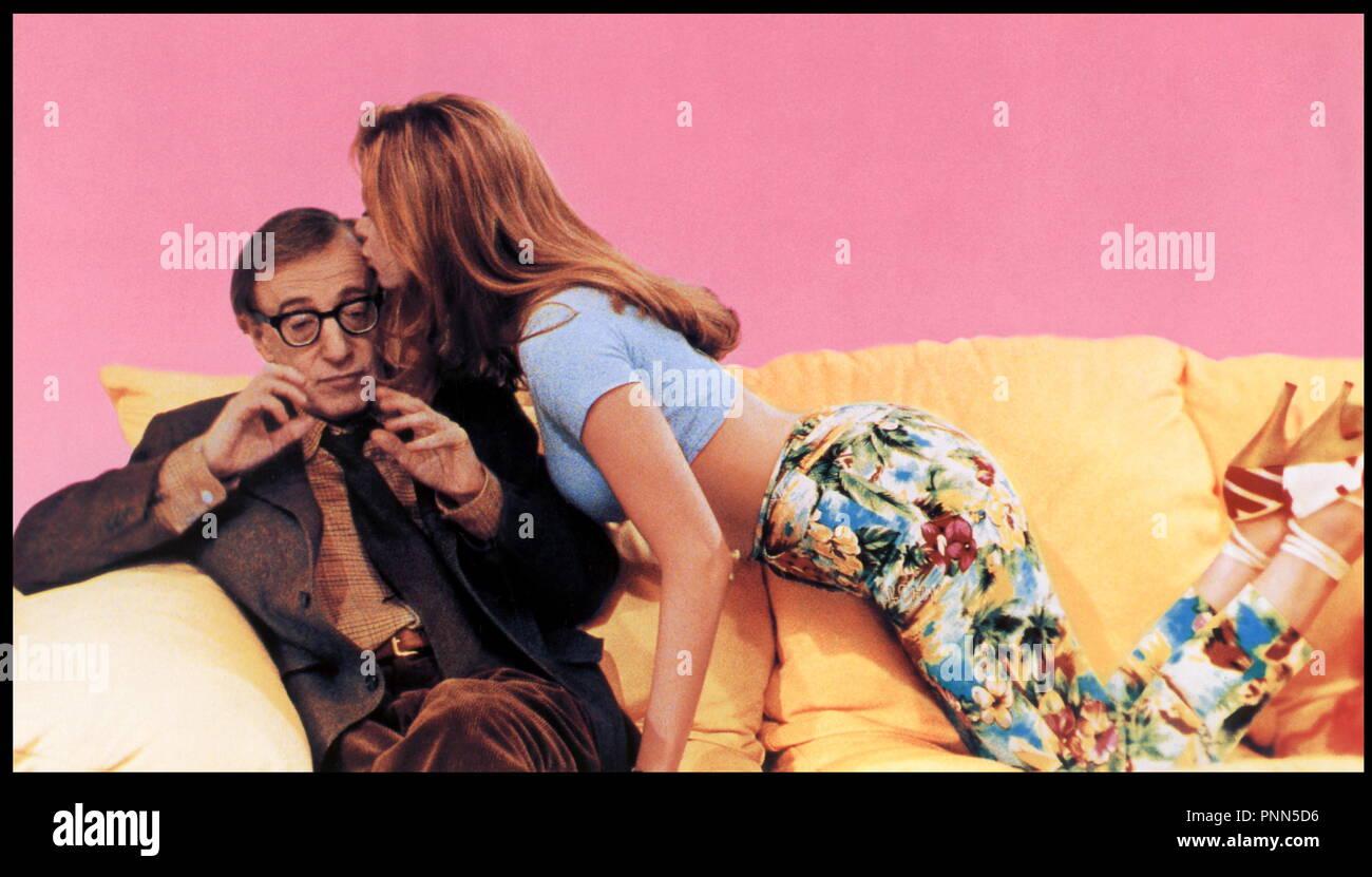 Prod DR ©ÊDR MAUDITE APHRODITE (MIGHTY APHRODITE)  de Woody Allen 1995 USA avec Woody Allen et Mira Sorvino couple, bisous sur le front, mal a l'aise - Stock Image