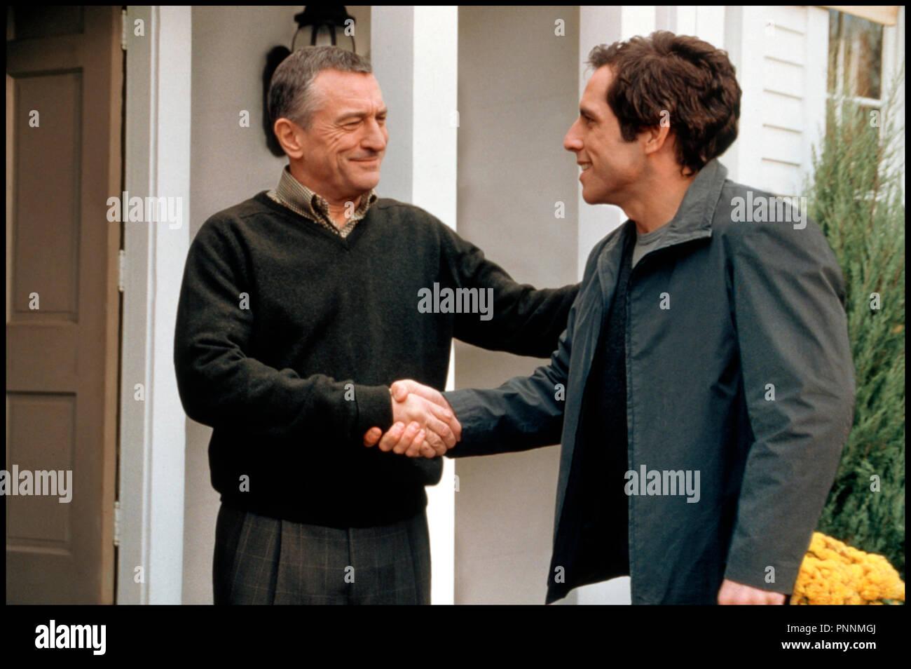 Prod DB © Universal / DR MON BEAU-PERE ET MOI (MEET THE PARENTS) de Jay Roach 2000 USA avec Robert De Niro et Ben Stiller accueuillant, convivialite - Stock Image