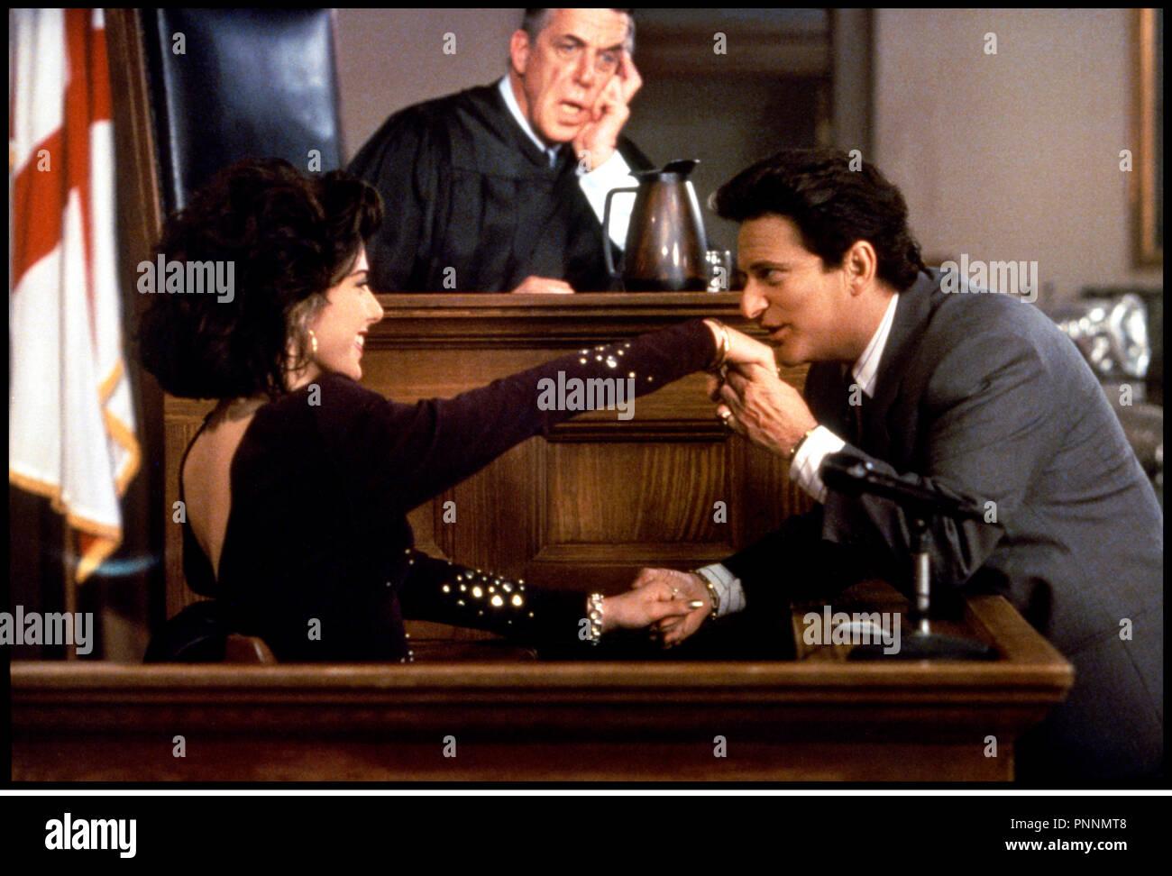 Prod DB © 20th Century Fox / DR MON COUSIN VINNY (MY COUSIN VINNY) de Jonathan Lynn 1992 USA avec Marisa Tomei et Joe Pesci avocat, baise-main, - Stock Image