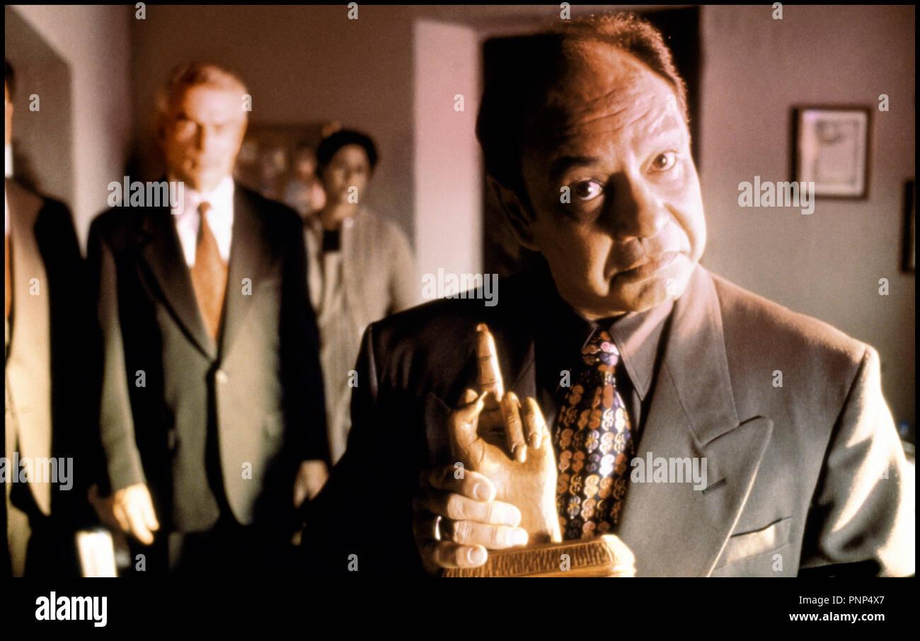 Prod DB © Kushner-Locke Productions / DR MORCEAUX CHOISIS (PICKING UP THE PIECES) de Alfonso Arau 2000 USA avec Cheech Marin relique, doigt d'honneur, statuette - Stock Image