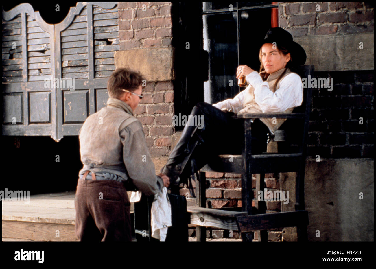 Prod DB © TriStar / DR MORT OU VIF (THE QUICK AND THE DEAD) de Sam Raimi 1995 USA / JAP avec Jerry Swindall et Sharon Stone western, cow girl, cireur de chaussures, boire, whisky - Stock Image