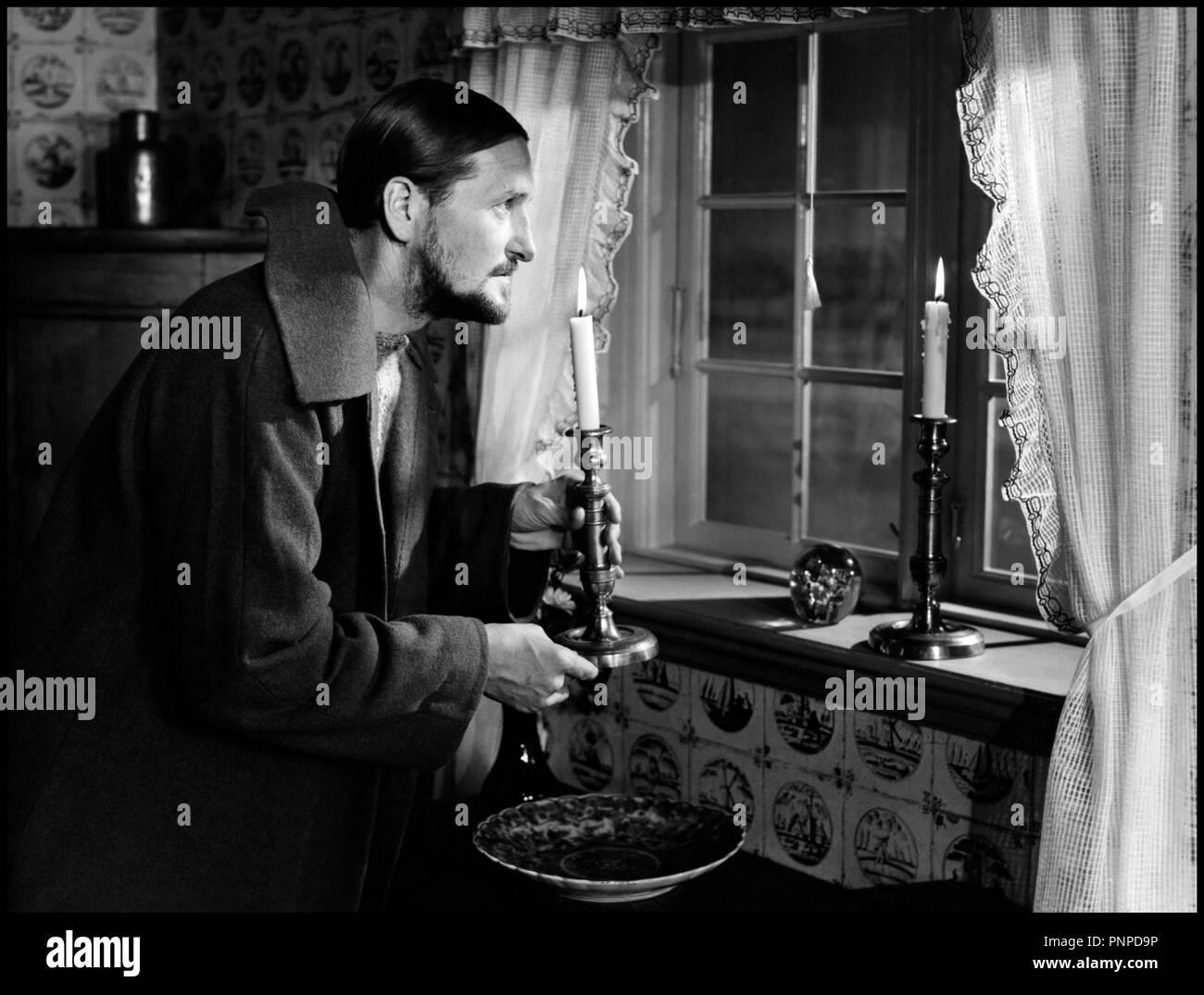 Prod DB © Palladium - DFI / DR ORDET (ORDET / LA PAROLE, titre français de sortie) de Carl Theodor Dreyer 1955 DAN avec Preben Lerdorff Rye ambiance, bougie, chandelle, bougeoire d'apres la piecede Kaj Munk Stock Photo