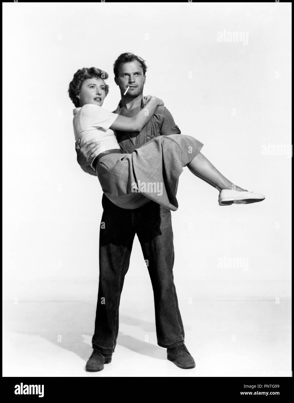 Prod DB © Loew's Inc. - Metro-Goldwyn-Mayer / DR LA PLAGE DESERTE (JEOPARDY) de John Sturges 1953 USA avec Barbara Stanwyck et Ralph Meeker  couple, porter, cigarette, pose, film noir code MGM: 1594 - Stock Image