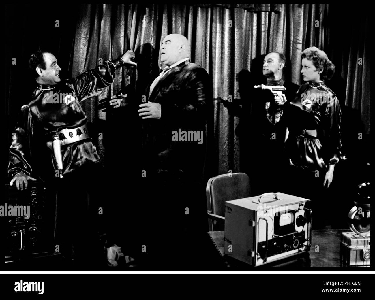 Prod DB © Reynolds Pictures / DR PLAN 9 FROM OUTER SPACE (PLAN 9 FROM OUTER SPACE) de Ed Wood 1958 USA avec Tor Johnson et Tanna transe, hypnose, science-fiction, sŽrie B, pistolet laser,  rŽalisateur: Edward D. Wood Jr - Stock Image