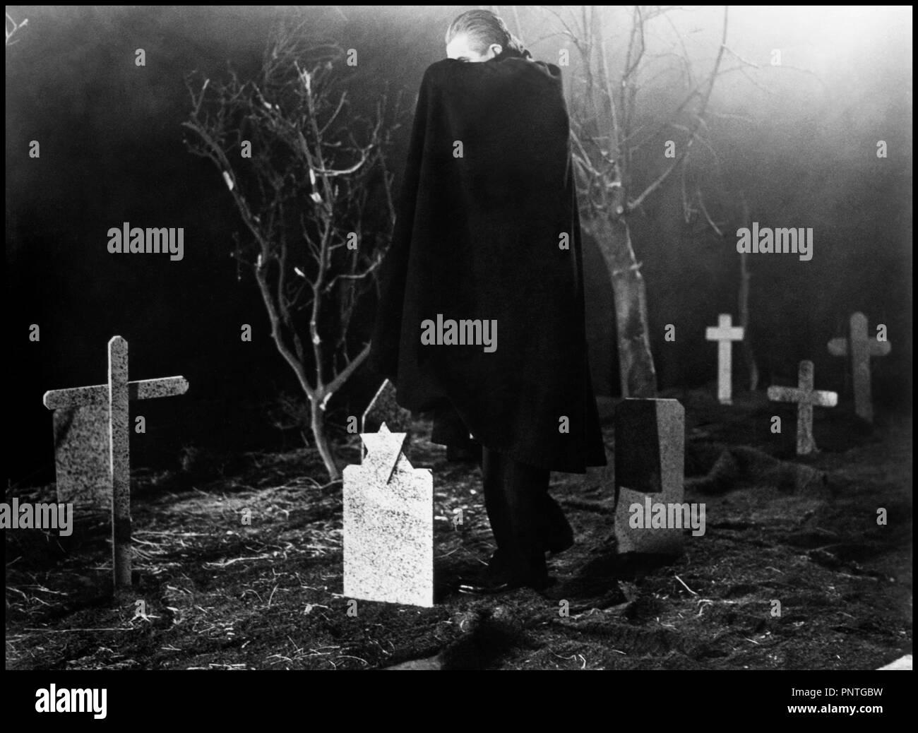 Prod DB © Reynolds Pictures / DR PLAN 9 FROM OUTER SPACE de Ed Wood 1958 USA avec Tom Mason (doublure de Bela Lugosi, mort pendant le tournage)  science-fiction, classique de la serie B, cimetiere, vampire, se cacher réalisateur: Edward D. Wood Jr - Stock Image