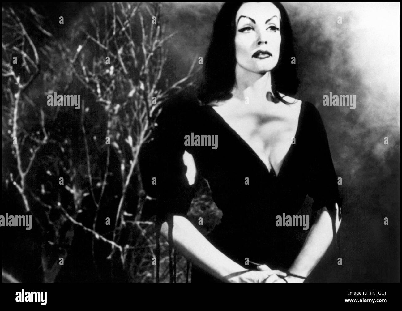 Prod DB © Reynolds Pictures / DR PLAN 9 FROM OUTER SPACE de Ed Wood 1958 USA avec Vampira science-fiction, classique de la serie B, portrait, femme vampire réalisateur: Edward D. Wood Jr - Stock Image