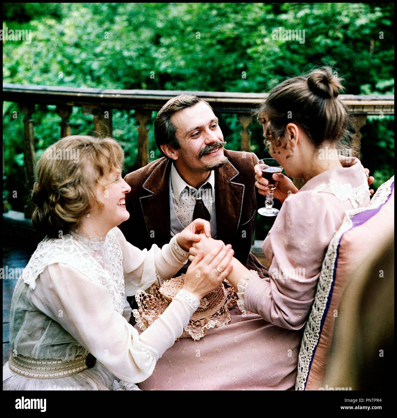 Prod DB © Mosfilm - Satra - Sovexportfilm / DR PARTITION INACHEVEE POUR PIANO MECANIQUE (NEOKONCHENNAYA PYESA DLYA MEKHANICHESKOGO PIANINO) de Nikita Mikhalkov 1977 RUS. avec Yelena Solovey et Nikita Mikhalkov seducteur, faire boire, drague, fete, rire d'apres la piece de Anton Chekhov 'Platonov' autre titre: An Unfinished Piece for a Player Piano, Unfinished Piece for Mechanical Piano - Stock Image