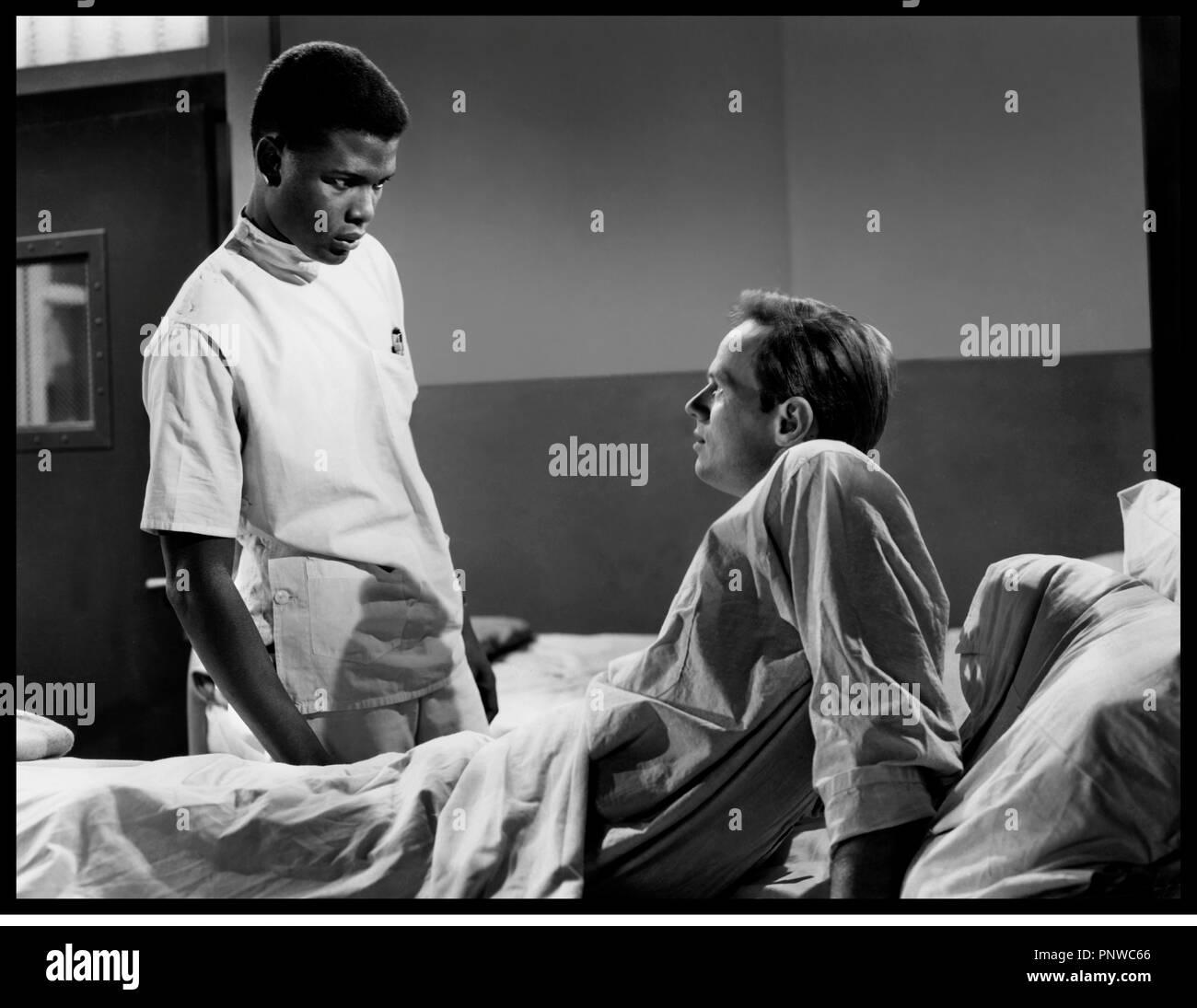 Prod DB © 20th Century Fox / DR LA PORTE S'OUVRE (NO WAY OUT) de Joseph L. Mankiewicz 1950 USA avec Sidney Poitier et Richard Widmark lit d'h™pital, infirmier - Stock Image