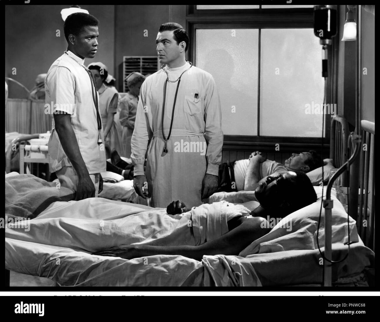 Prod DB © 20th Century Fox / DR LA PORTE S'OUVRE (NO WAY OUT) de Joseph L. Mankiewicz 1950 USA avec Sidney Poitier et Stephen McNally lit d'h™pital, infirmier, mŽdecin - Stock Image
