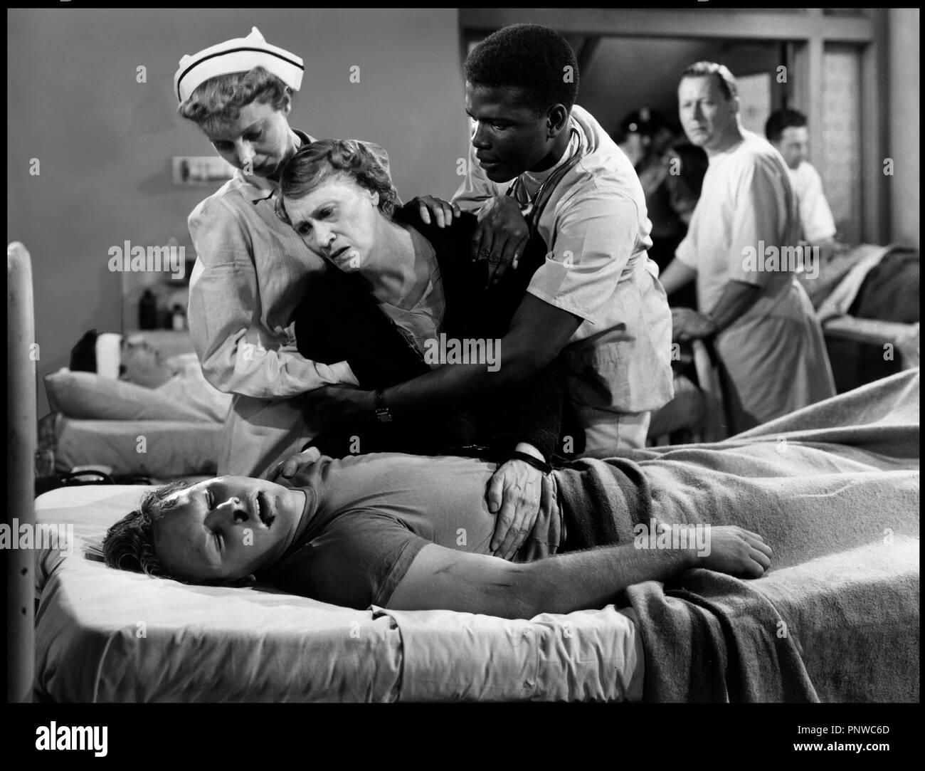 Prod DB © 20th Century Fox / DR LA PORTE S'OUVRE (NO WAY OUT) de Joseph L. Mankiewicz 1950 USA avec Sidney Poitier  lit d'h™pital, infirmier, mort, cadavre, dŽsarroi, detresse, pleurer, - Stock Image