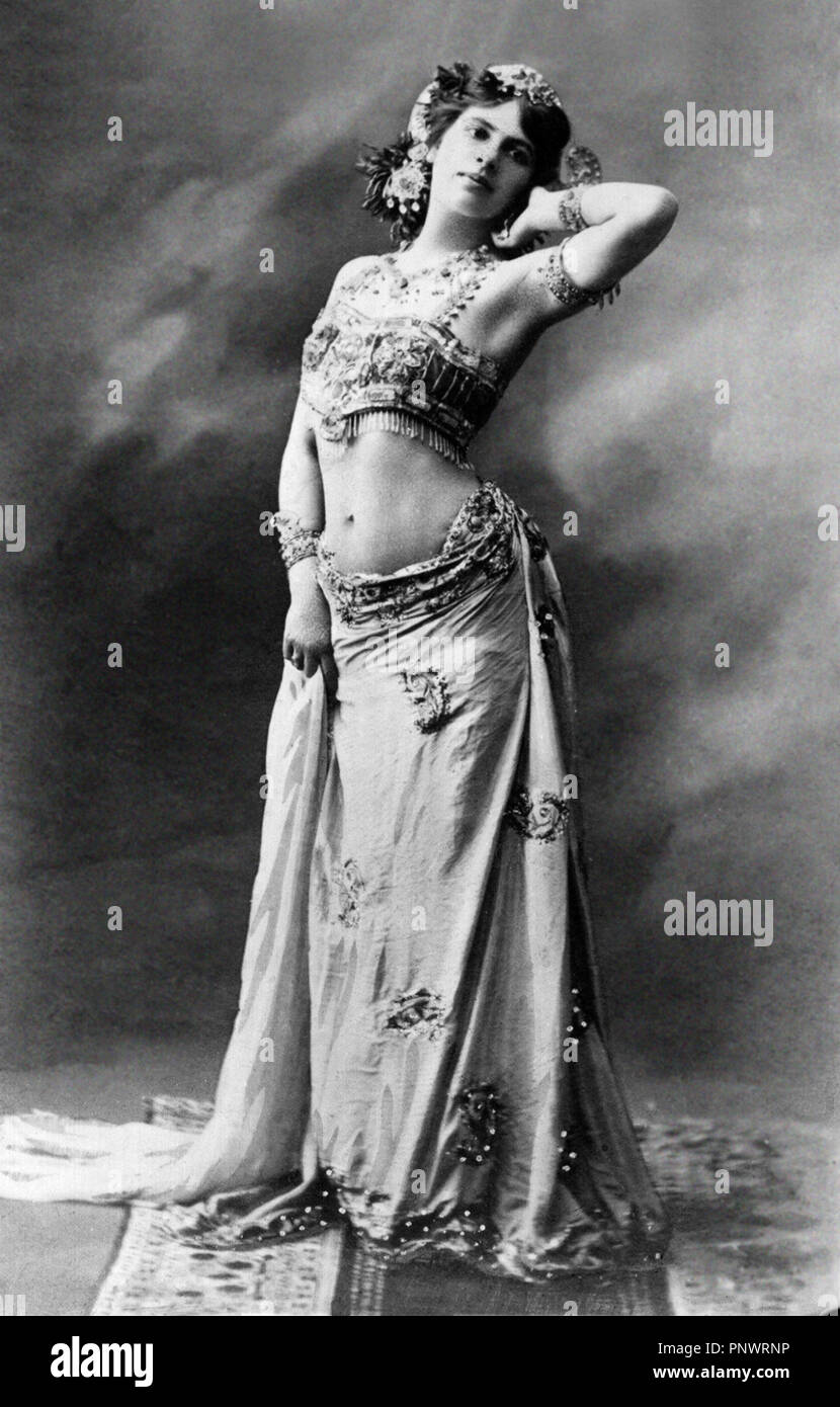 Mata Hari. Margaretha Geertruida 'Margreet' MacLeod (1876-1917), known by the stage name Mata Hari, an exotic dancer and courtesan who was convicted of being a spy during World War I.  Photography by P.Boyer, 1905. - Stock Image