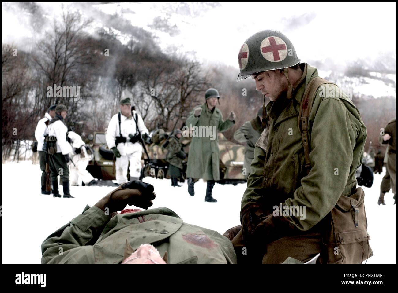 Prod DB © Go Films LLC / DR SAINTS AND SOLDIERS (SAINTS AND SOLDIERS) de Ryan Little 2003 USA avec Alex Niver guerre, militaire, casque, fusil, bataille, neige, froid, soigner, blesse, infirmier, premiers secours, premiers soins autres titres: The Saints of War (working title) - Stock Image