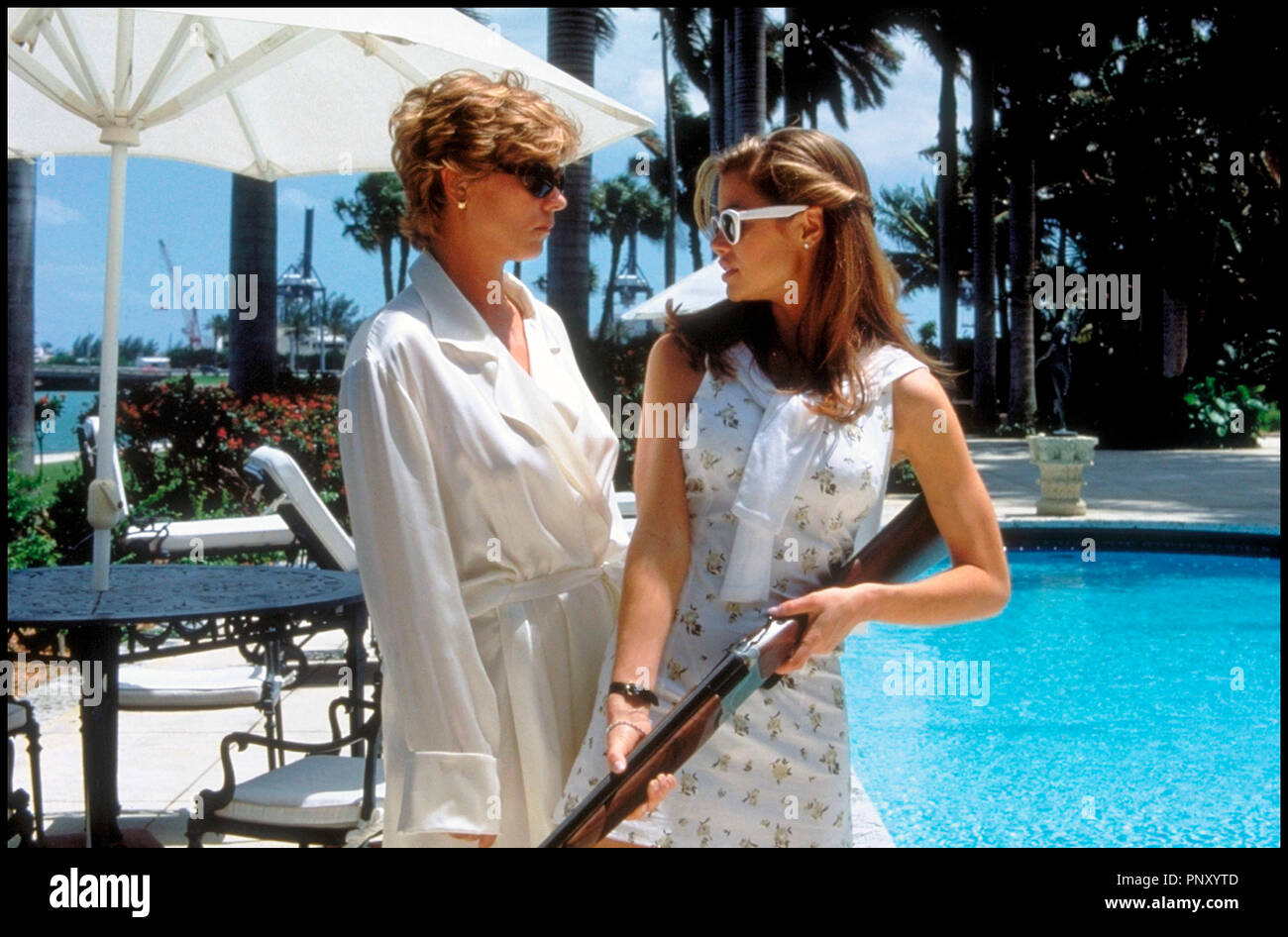 Prod DB © Mandalay / DR SEXCRIMES (WILD THINGS) de John Mc Naughton 1998 USA avec Theresa Russell et Denise Richards piscine, ball trap, fusil de chasse, mere et fille, lunettes de soleil - Stock Image