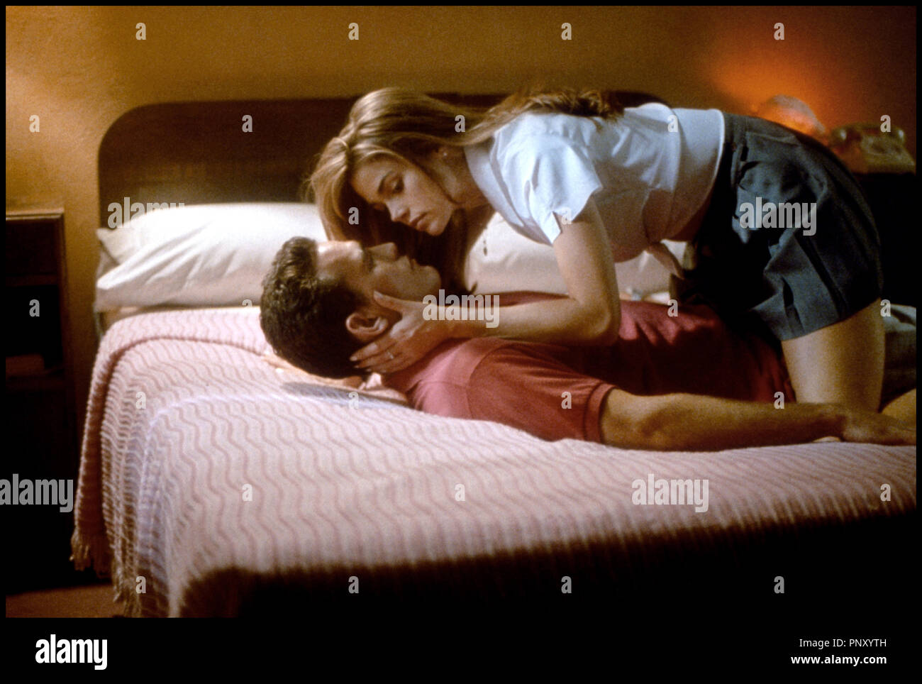 Prod DB © Mandalay / DR SEXCRIMES (WILD THINGS) de John Mc Naughton 1998 USA avec Matt Dillon et Denise Richards embrasser, couple, sexe, - Stock Image